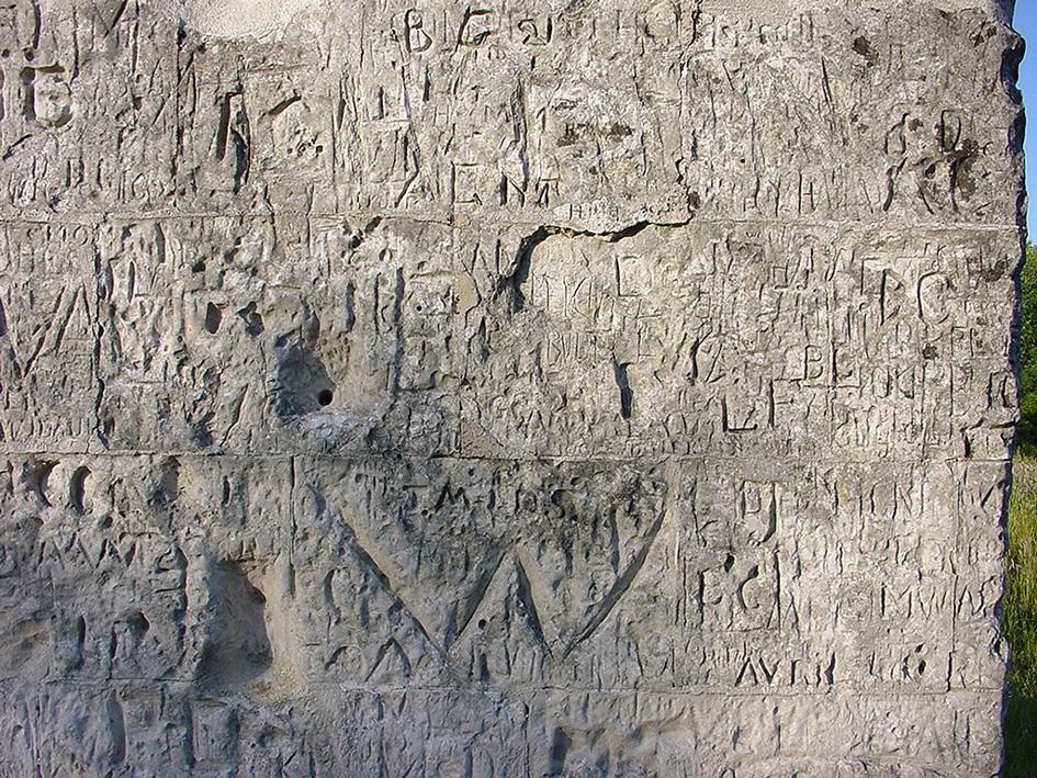 Colonne d'Helfaut érigée à la mémoire du Duc d'Orléans ColoneHelfautGraffitisGravuresJuillet_2001