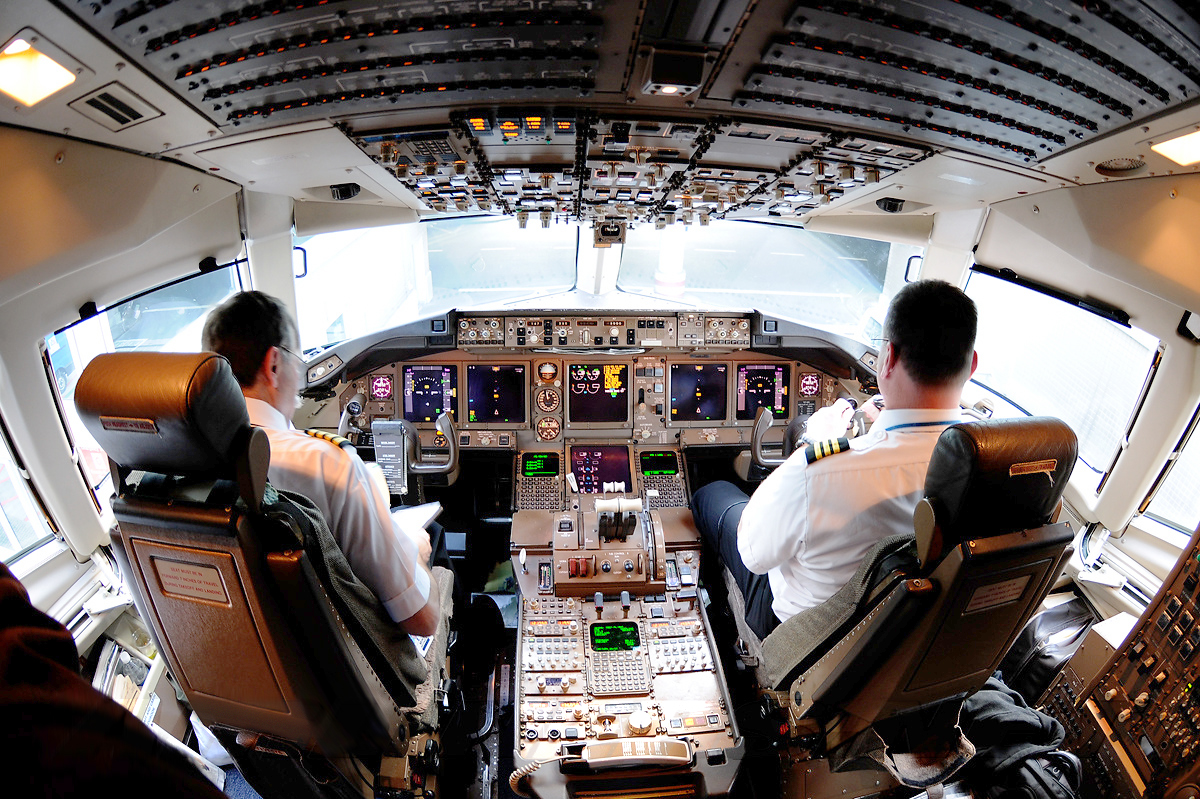 File:Continental Airlines Boeing 767-400ER flight deck.jpg - Wikimedia Commons
