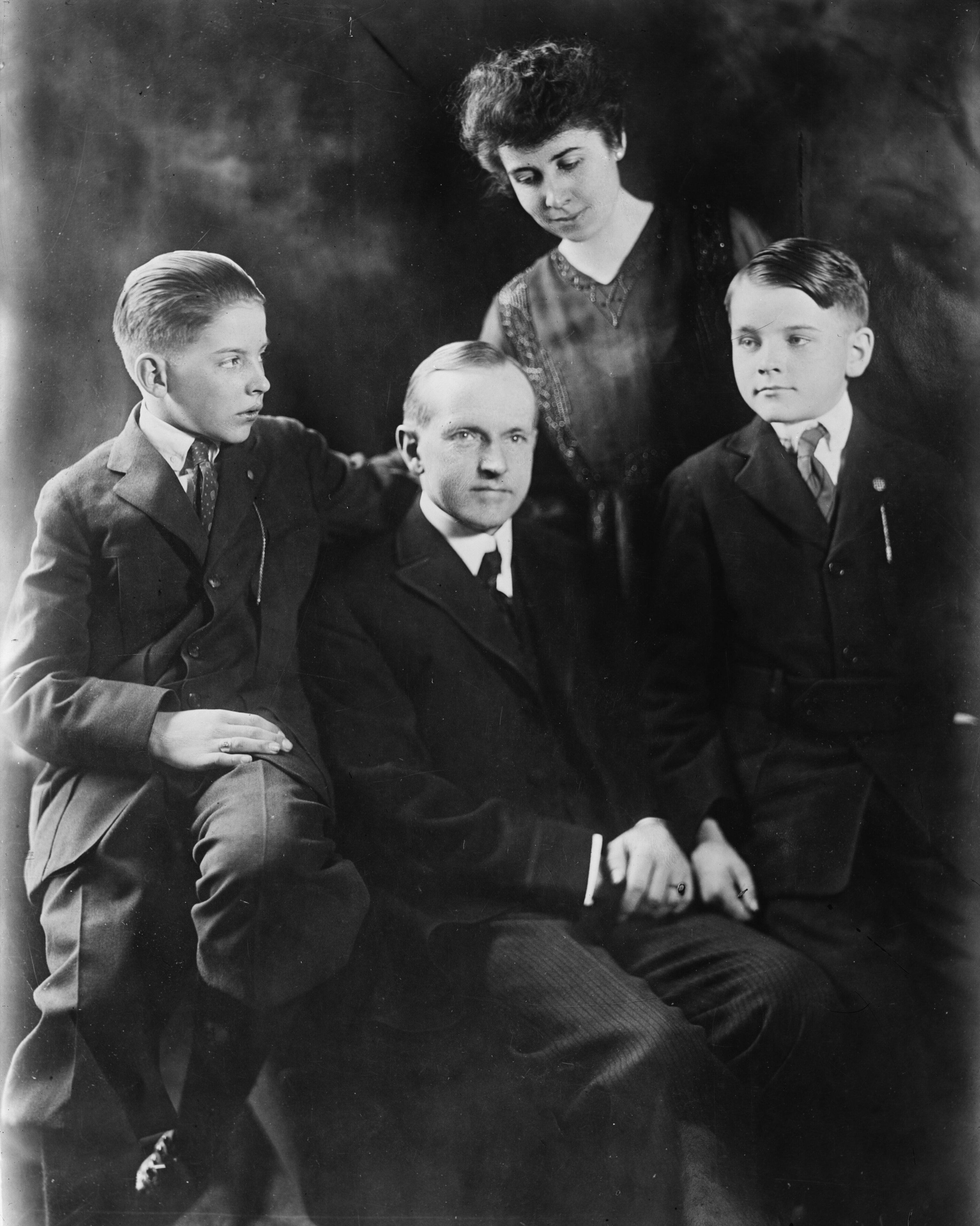 https://upload.wikimedia.org/wikipedia/commons/b/b7/Coolidge_family_LCCN2014716433.jpg