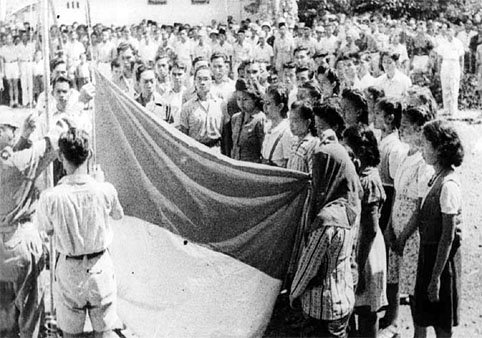 Berkas:Indonesia flag raising witnesses 17 August 1945.jpg