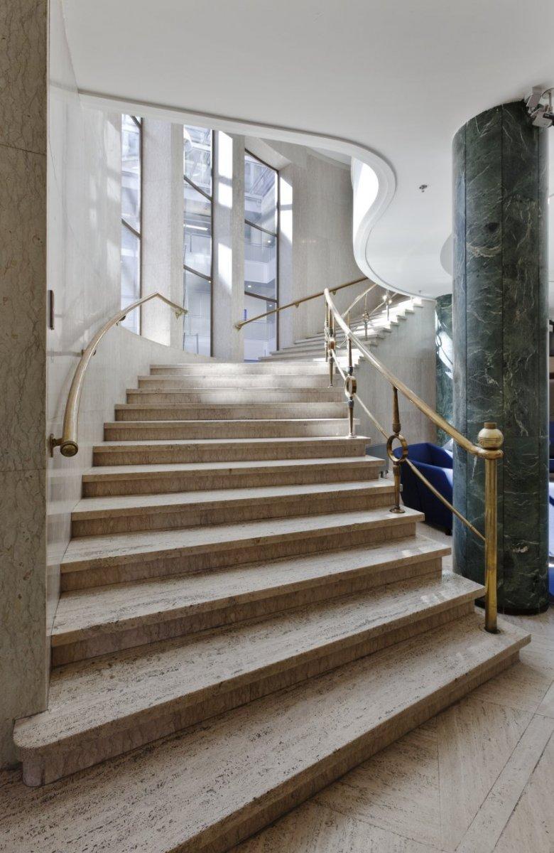 File interieur marmeren trap met koperen balustrades in de ontvangsthal van de began grond - Interieur trap ...