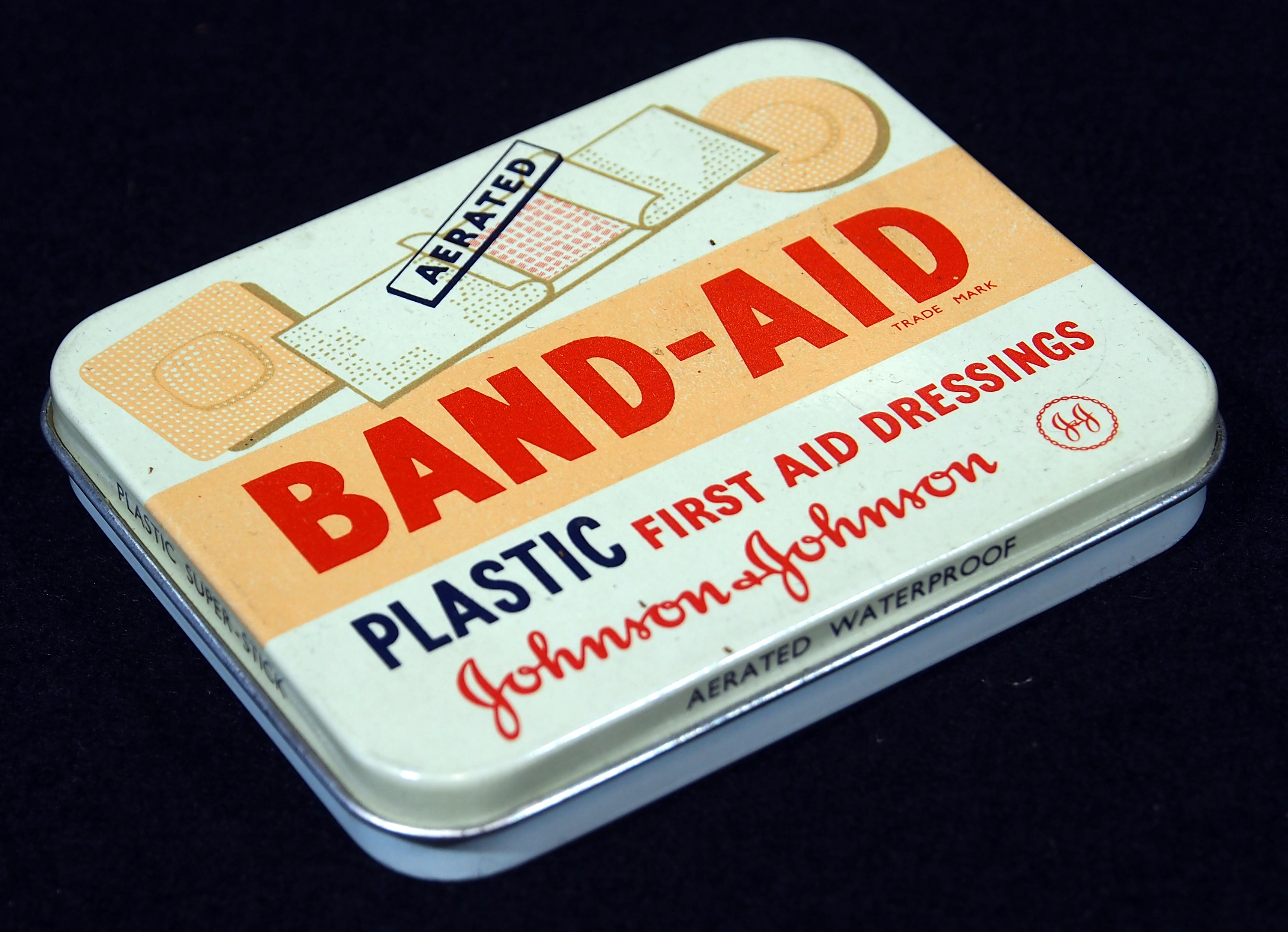 https://upload.wikimedia.org/wikipedia/commons/b/b7/Johnson%26Johnson_Band-Aid_tin,_pic2.JPG