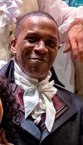 Leslie Odom, Jr. , en Hamilton-kostumo, julio 2015.jpg