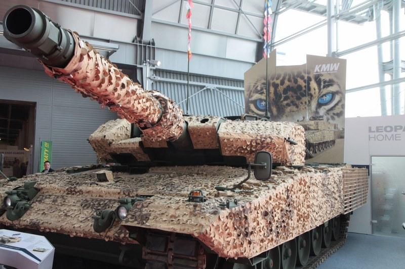 Leopard 2A4M CAN auf der Rüstungsmesse MSPO in 2012.