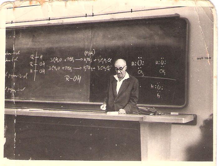 פרופ' ישעיהו ליבוביץ מרצה  באוניברסיטה