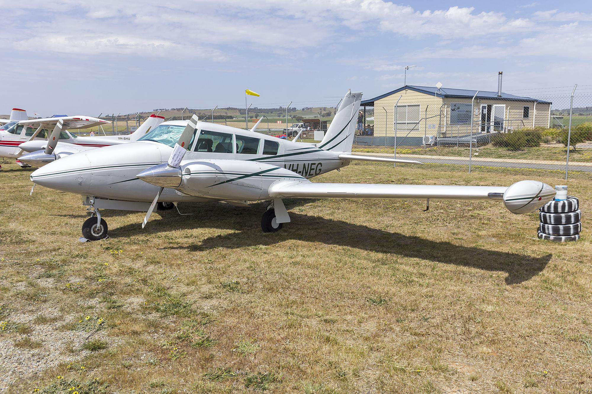 File:Piper PA-30 Twin Comanche (VH-NEG) at Wagga Wagga