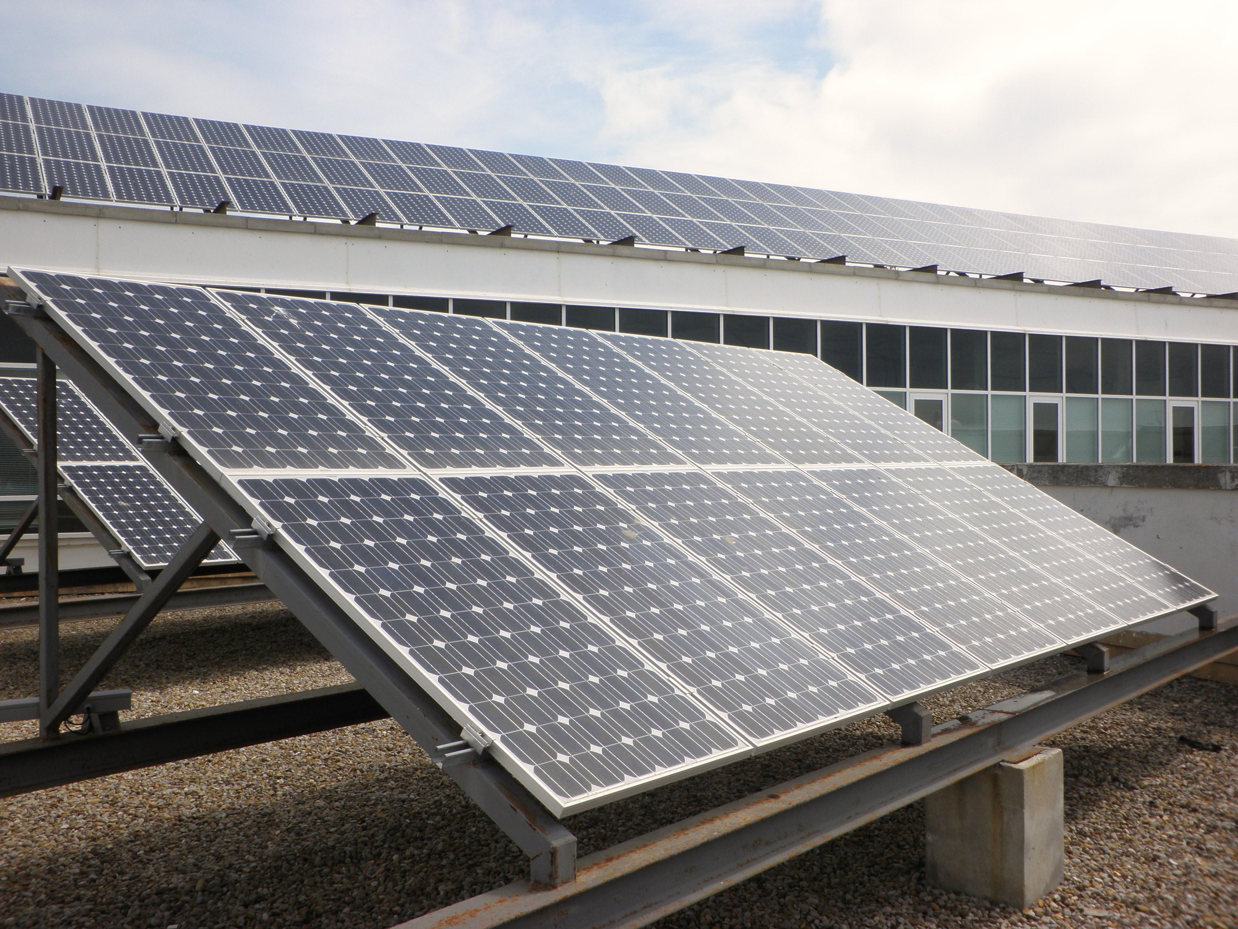 File placas solares en la azotea de la facultad de for Baterias de placas solares