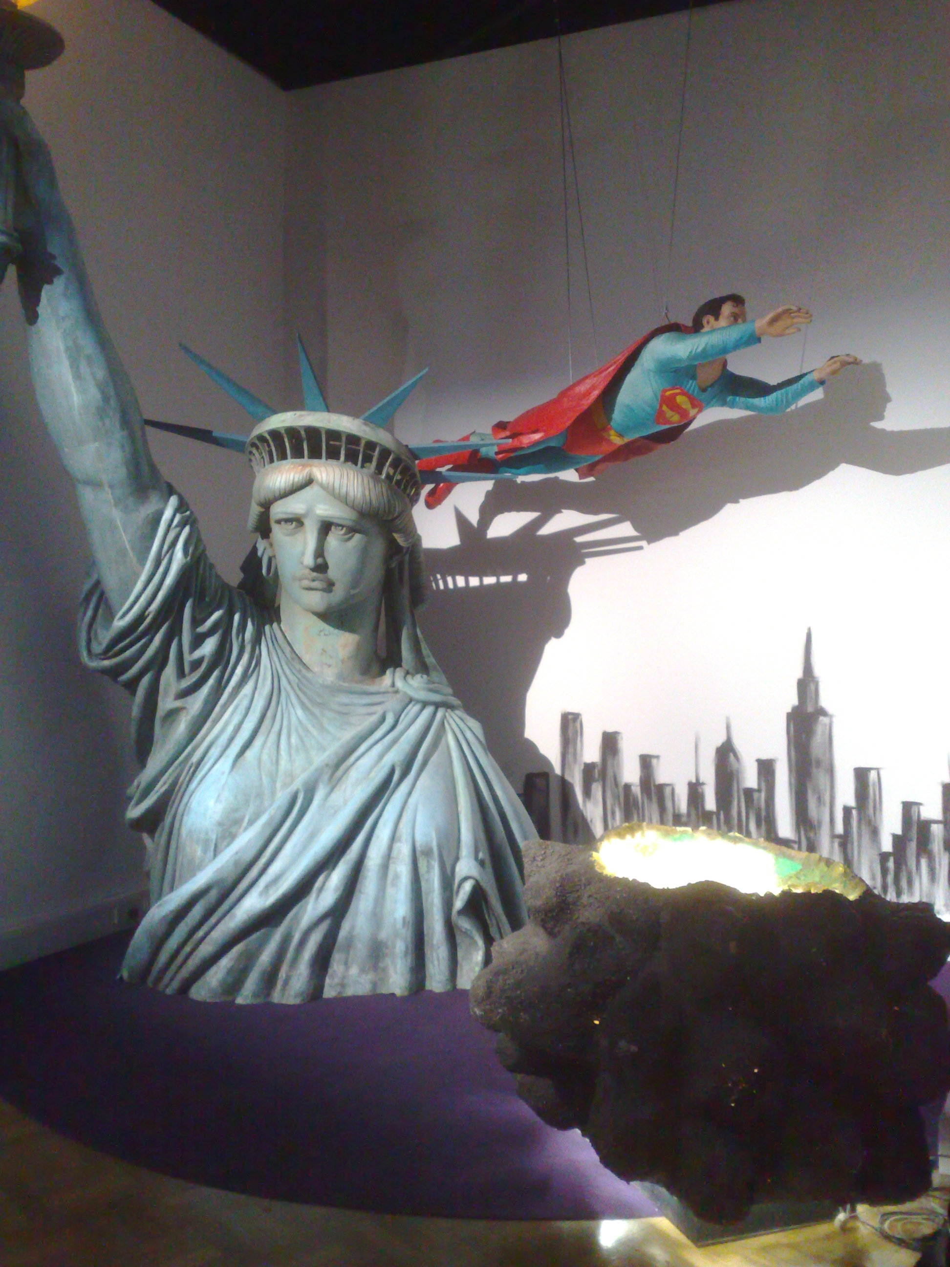 file superman statue of liberty jpg  file superman statue of liberty jpg