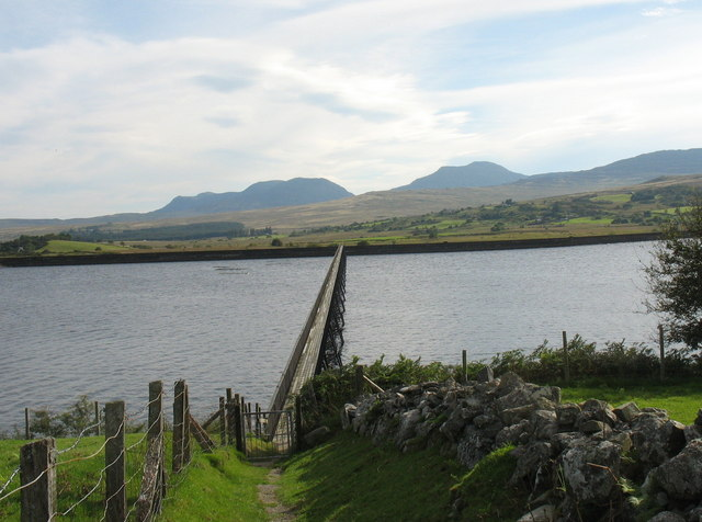 The approach to the Llyn Trawsfynydd footbridge - geograph.org.uk - 742053