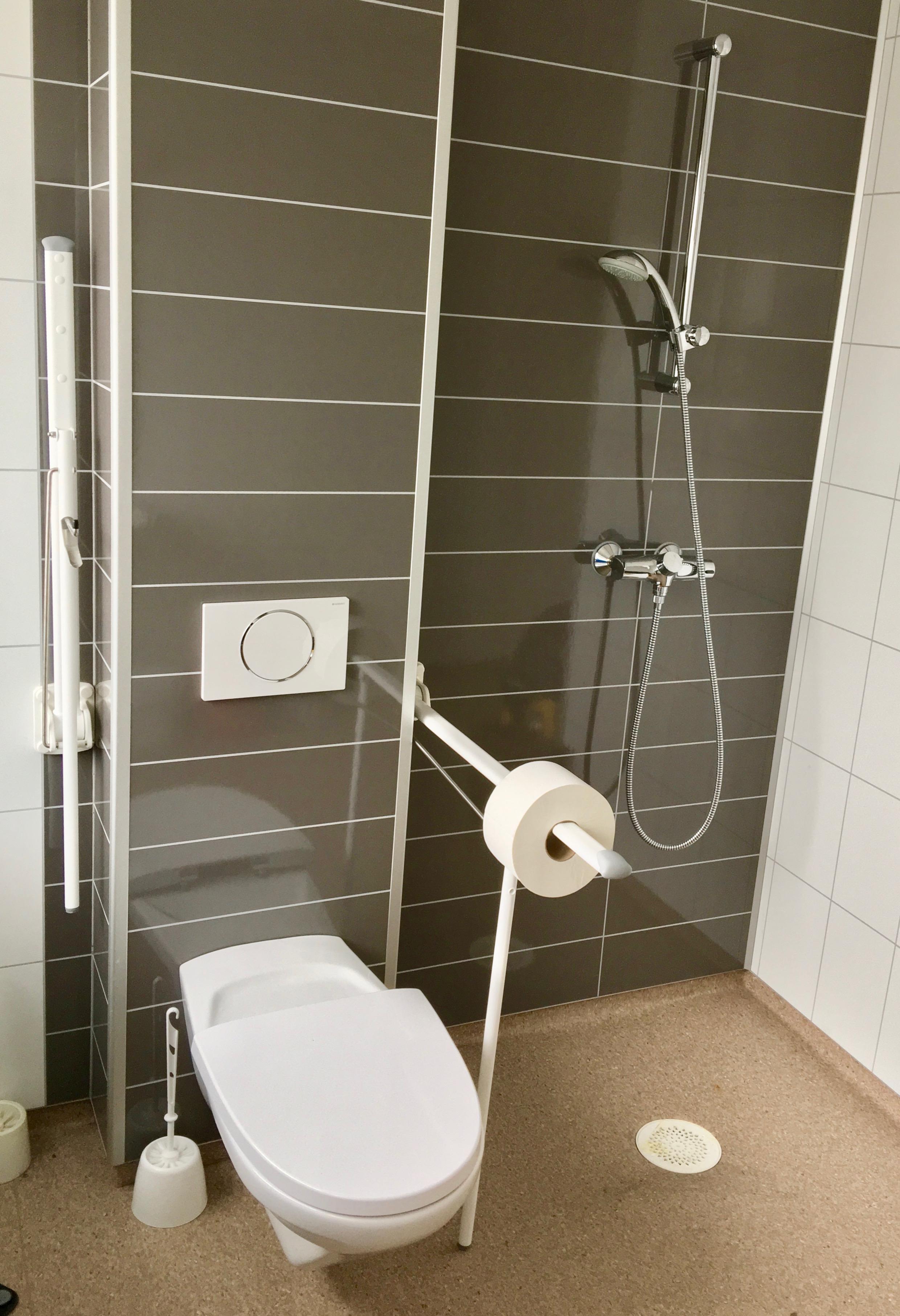 File:Toilet, shower, etc. in School in Stord, Norway 2018-03-14 E ...