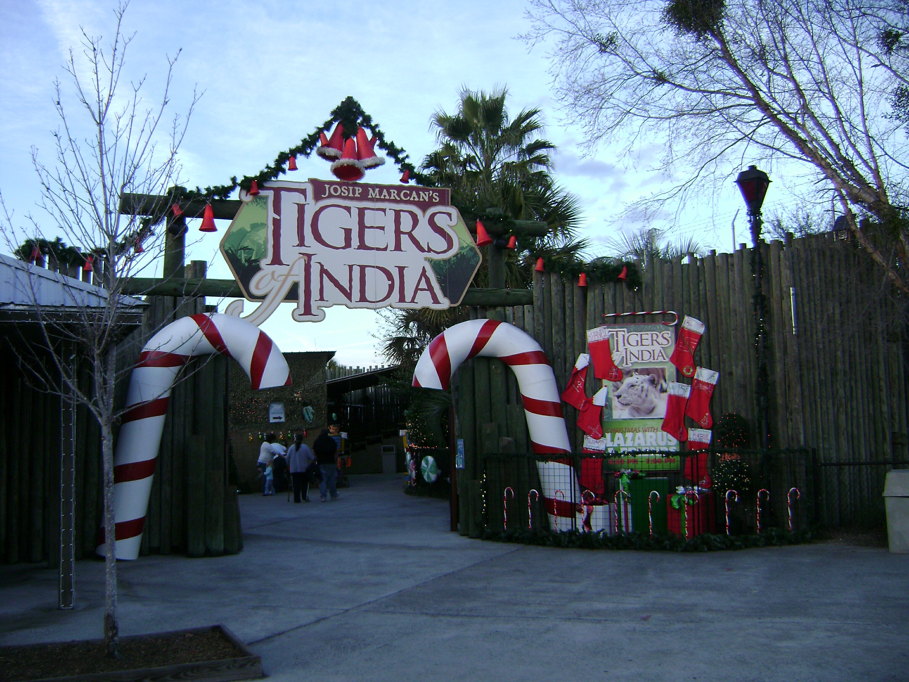 File:Wild Adventures Christmas Decorations 2.jpg - Wikimedia Commons
