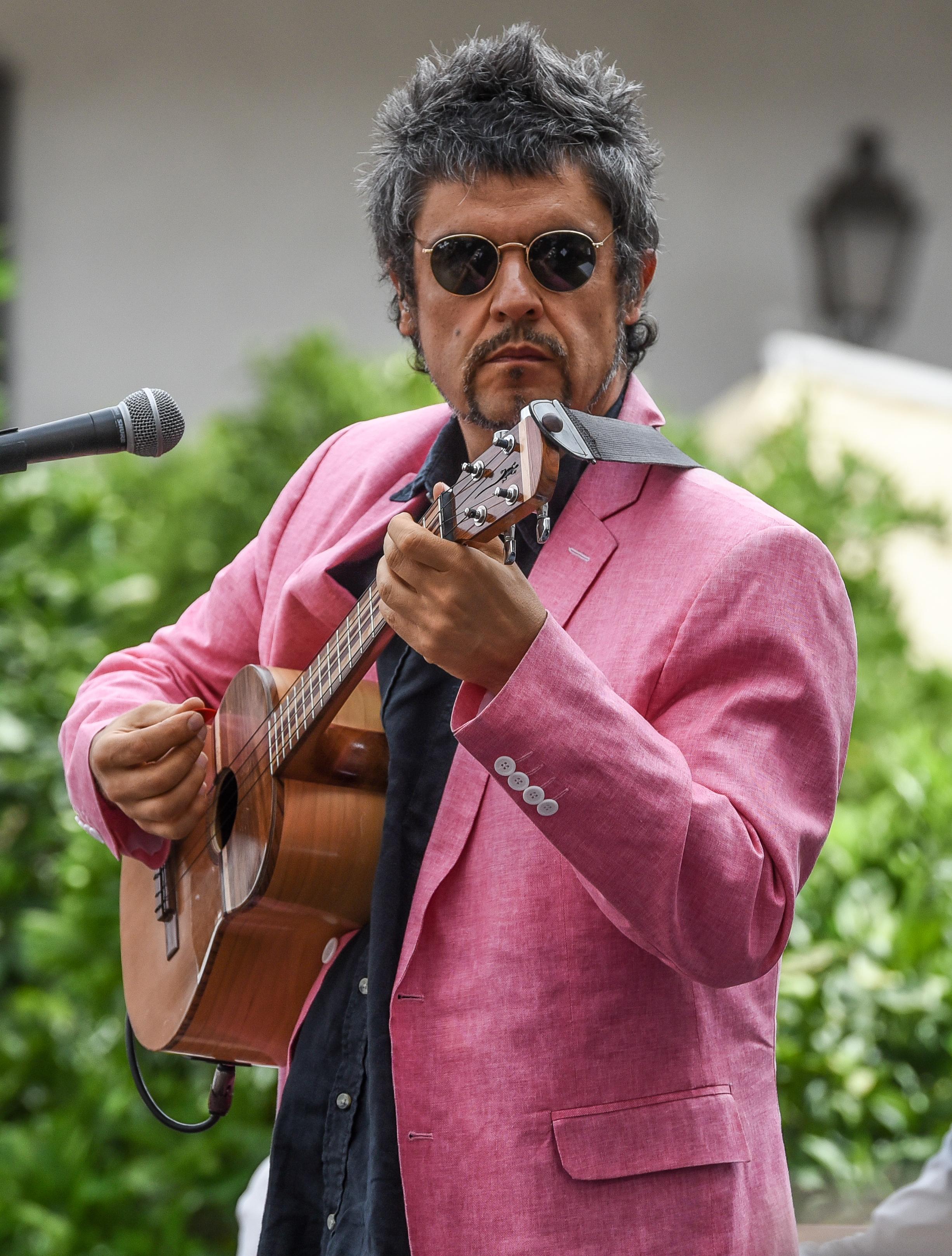 Ángel Parra en diciembre de 2017, tocando ukelele en el Palacio de La Moneda.