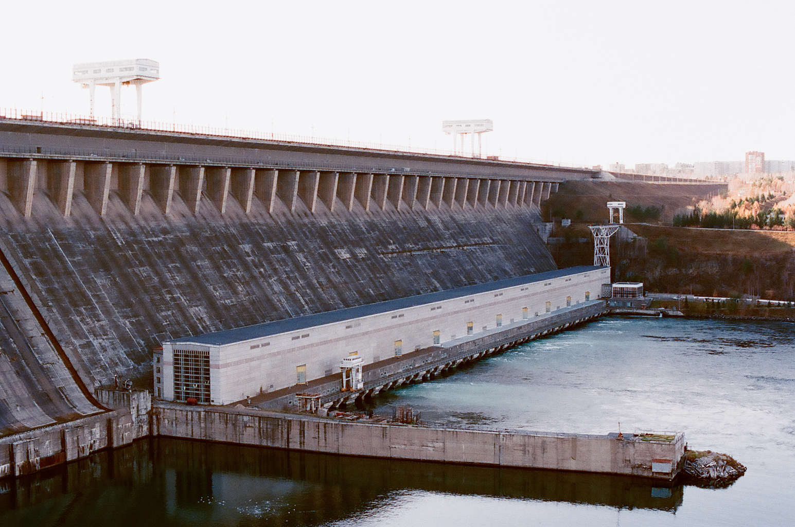 List Of Conventional Hydroelectric Power Stations Wikipedia 1970 Monte Carlo Wiring Diagram Image A Large Concrete Structure That Looks Kind Old And Unused With Pier