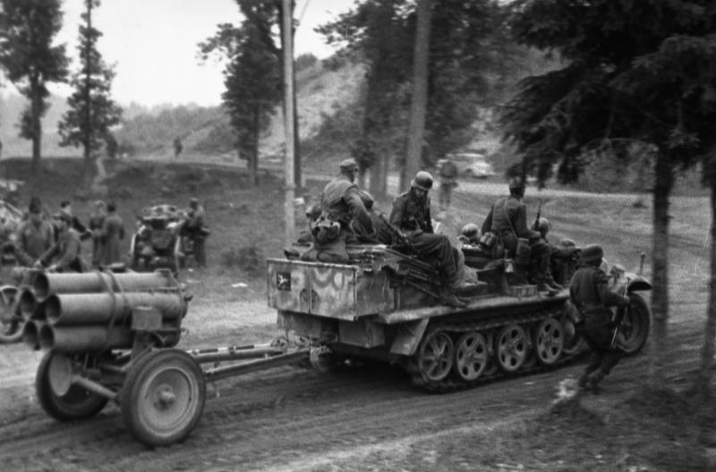 Sd.Kfz. 10 halftrack with Nebelwerfer 42