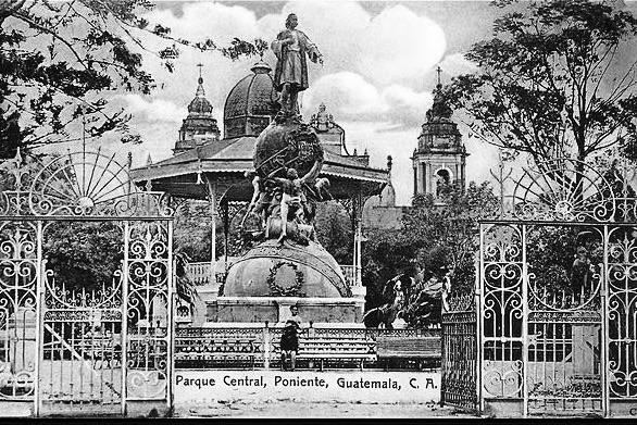 Parque Central tras su remodelación en 1896. Se observa el kiosko y la estatua de Colón.