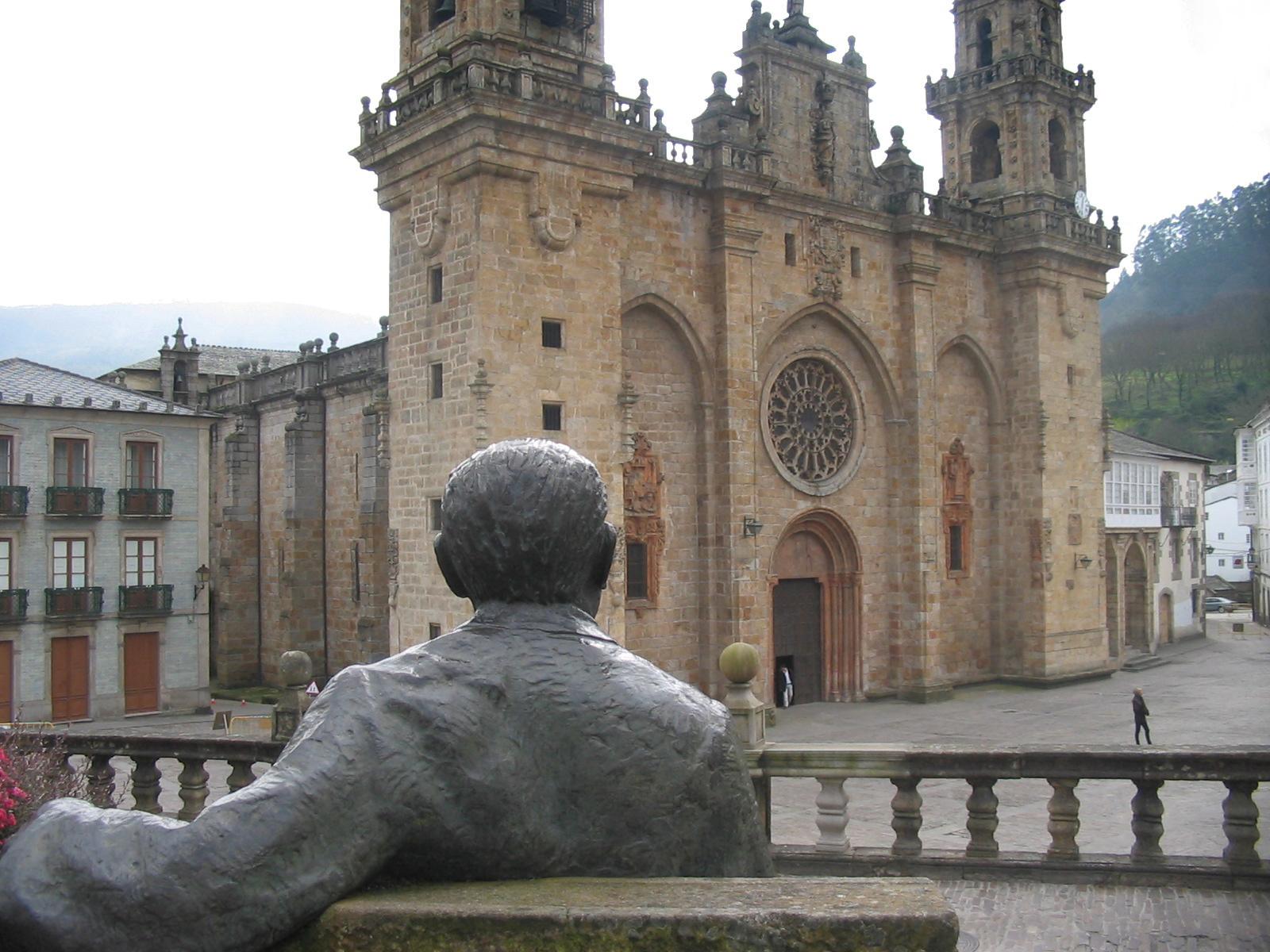 Estatua de Cunqueiro sentado, observando la catedral de Mondoñedo.