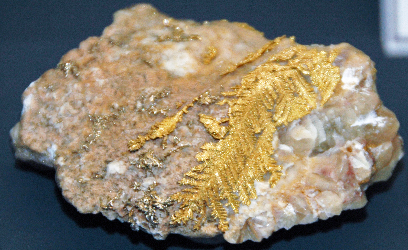 Золото в щебне фото
