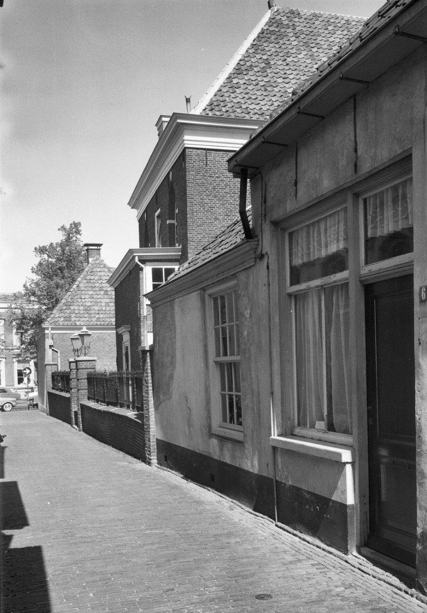 Verdiepingloos woonhuis met gepleisterde gevel onder laag dak maakt deel uit van het synagoge - Mezzanine onder het dak ...