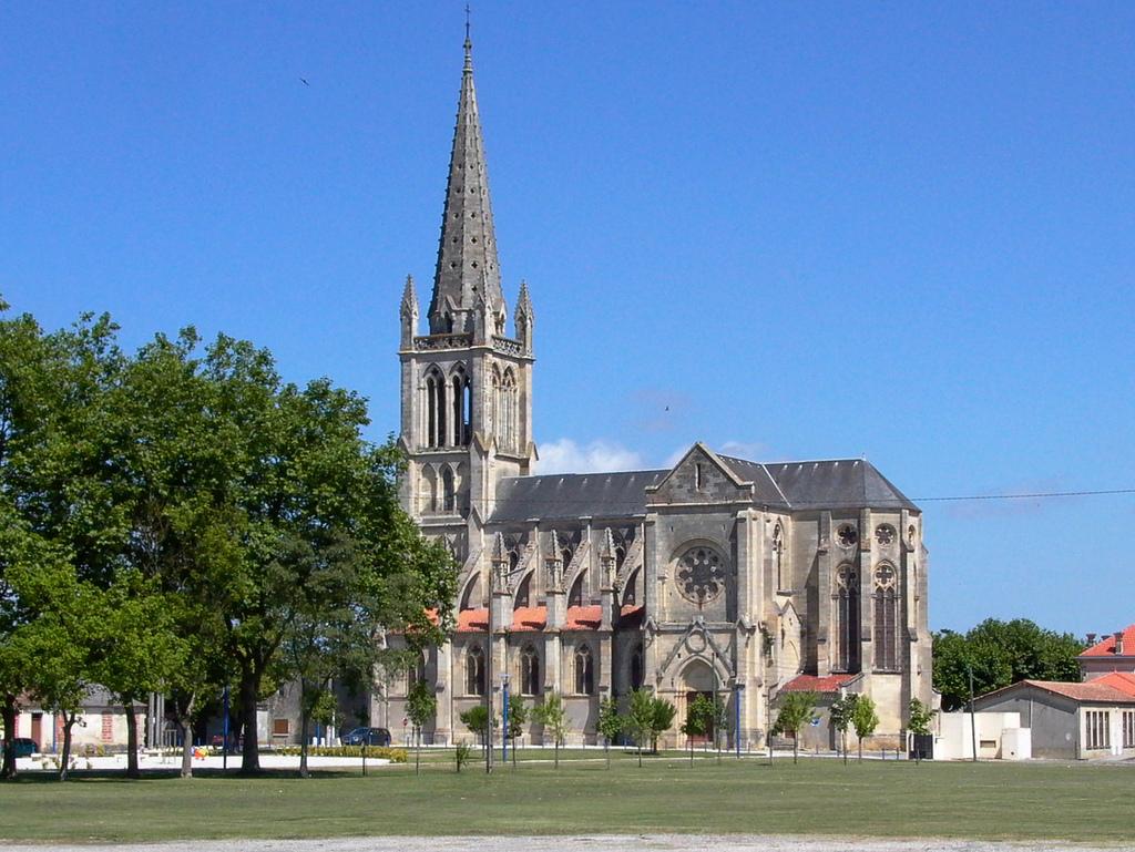 L'église Saint-Trélody est caractéristique des tendances néo-gothiques du XIXe siècle.