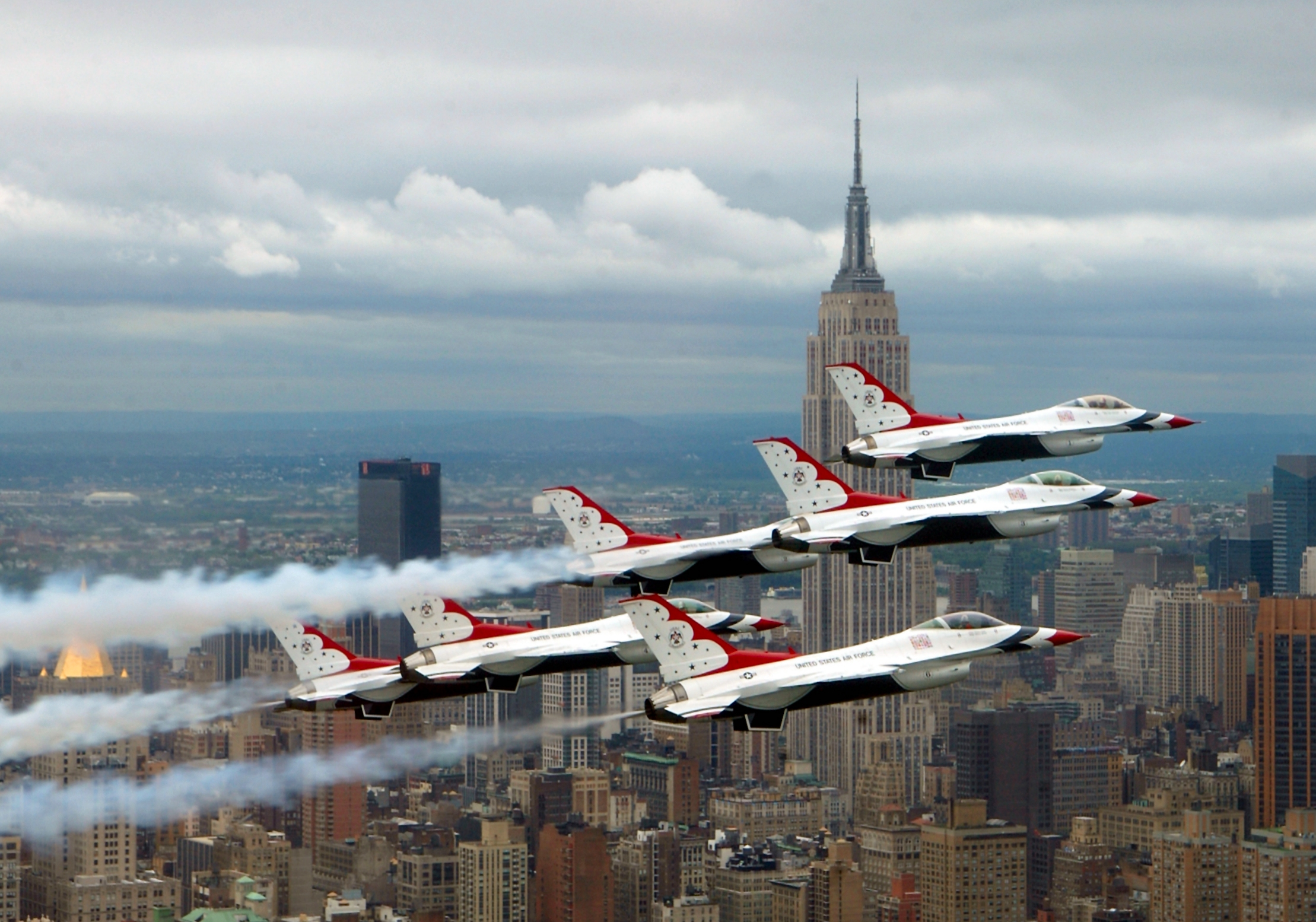 http://upload.wikimedia.org/wikipedia/commons/b/b8/F-16_Fighting_Falcons_above_New_York_City.jpg