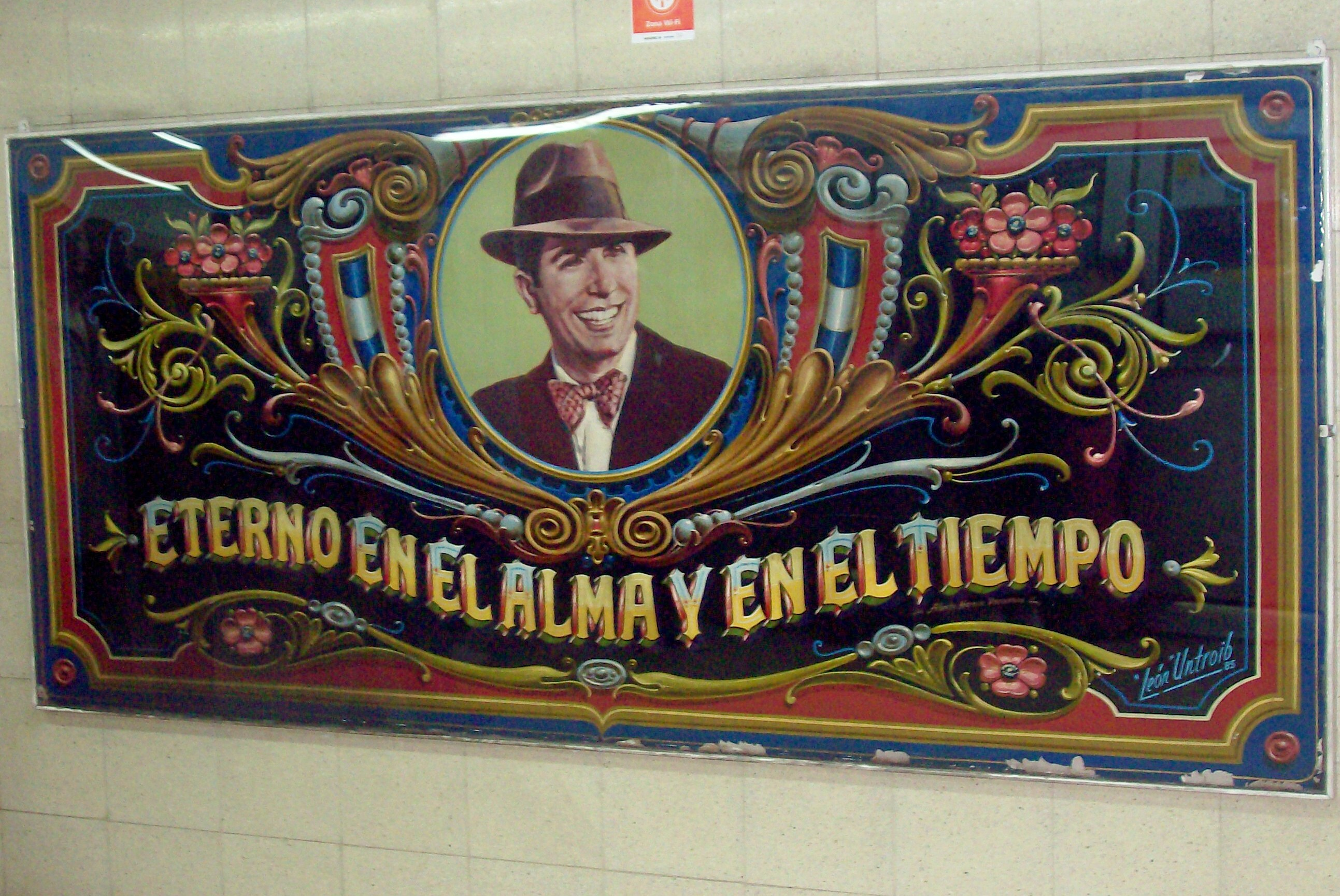 Retrato de Carlos Gardel en la estación de subterráneo Carlos Gardel, que recibió su nombre en su honor, obra del fileteador León Untroib.