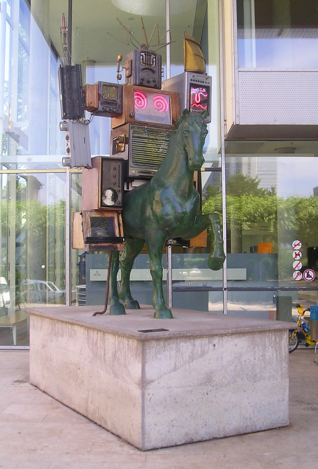 Image of Nam June Paik from Wikidata