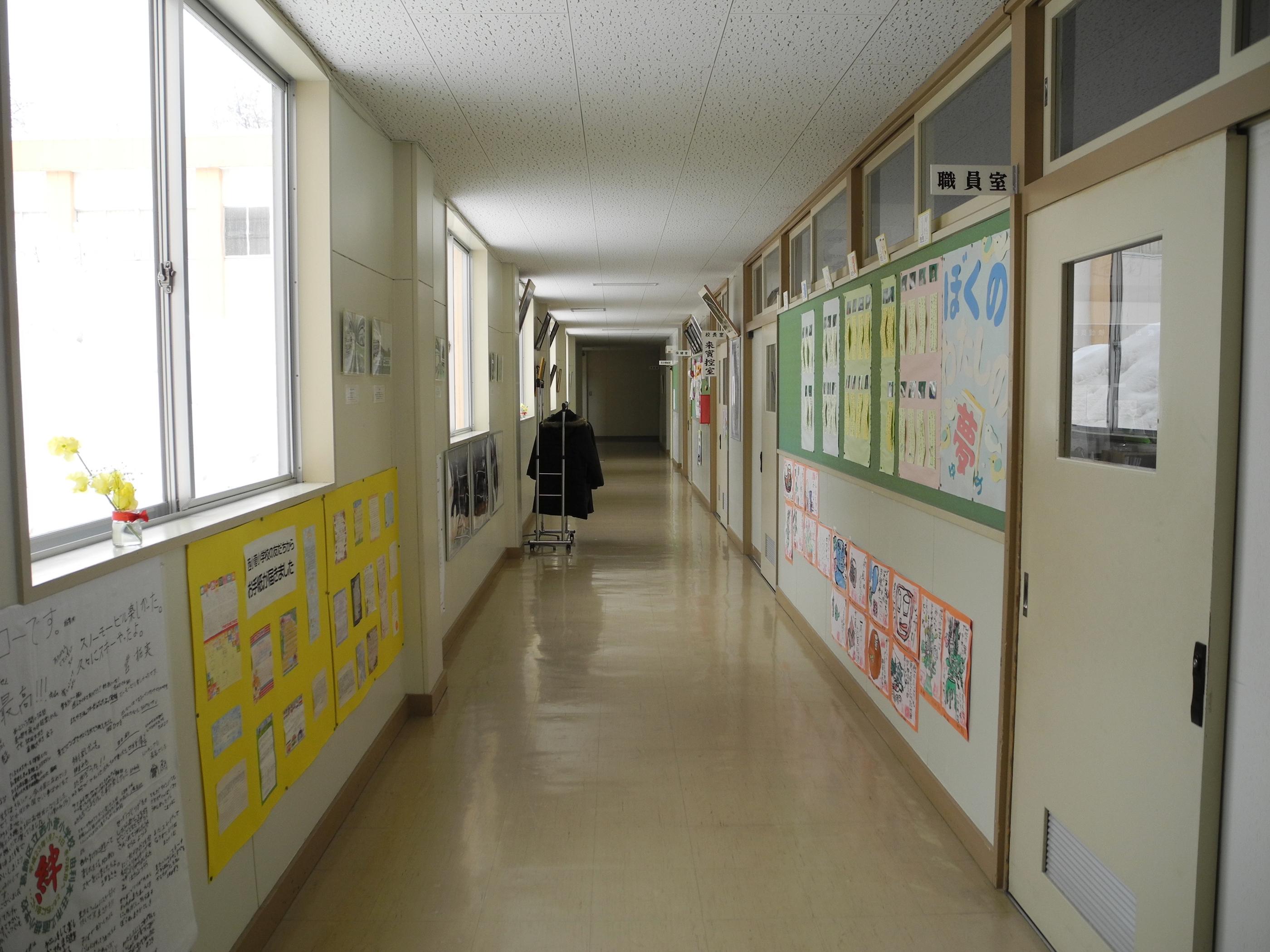 File:Hitane Elementary School 1F hallway B.jpg - Wikimedia ...