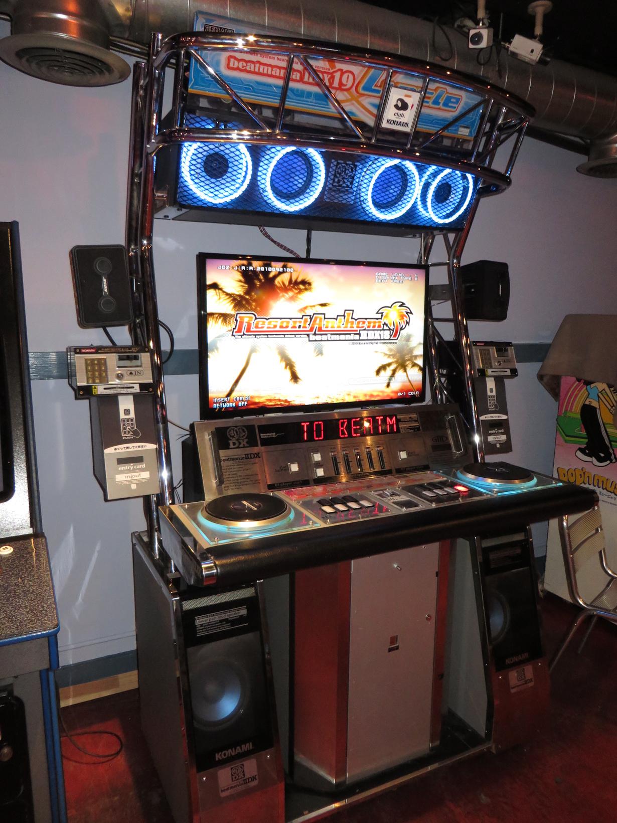 File:IIDX 18 resort anthem arcade machine.jpg - Wikimedia Commons