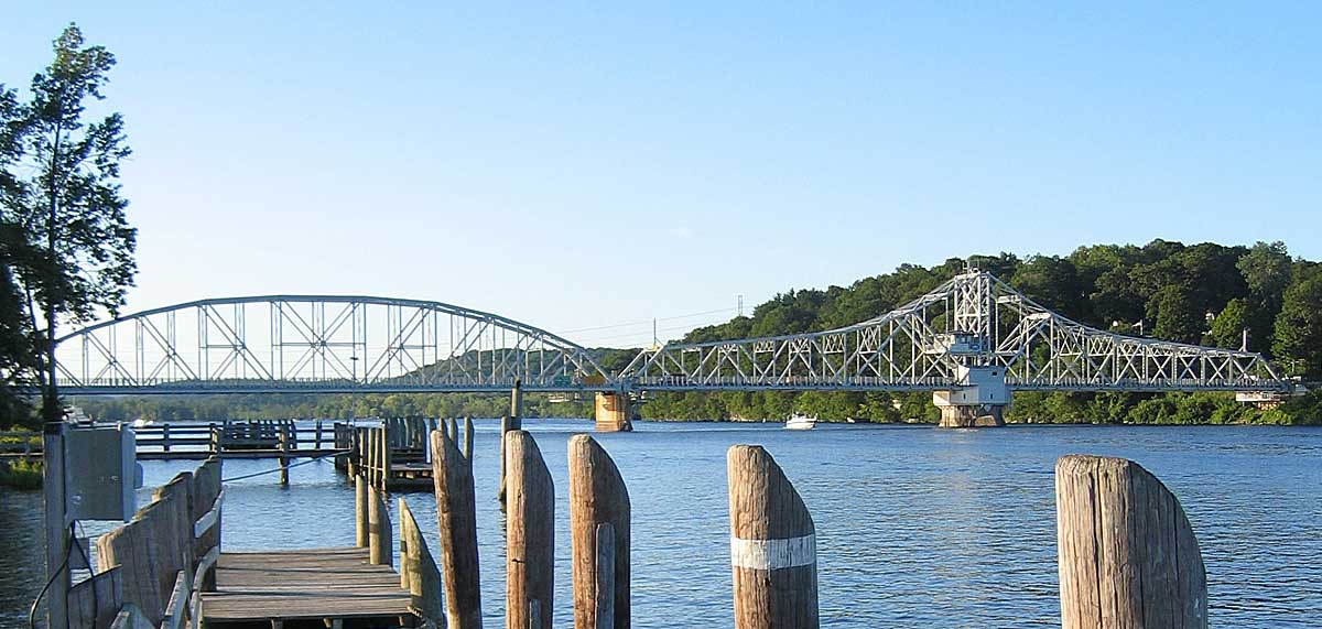 https://upload.wikimedia.org/wikipedia/commons/b/b8/IMG_4064_East_Haddam_bridge.jpg