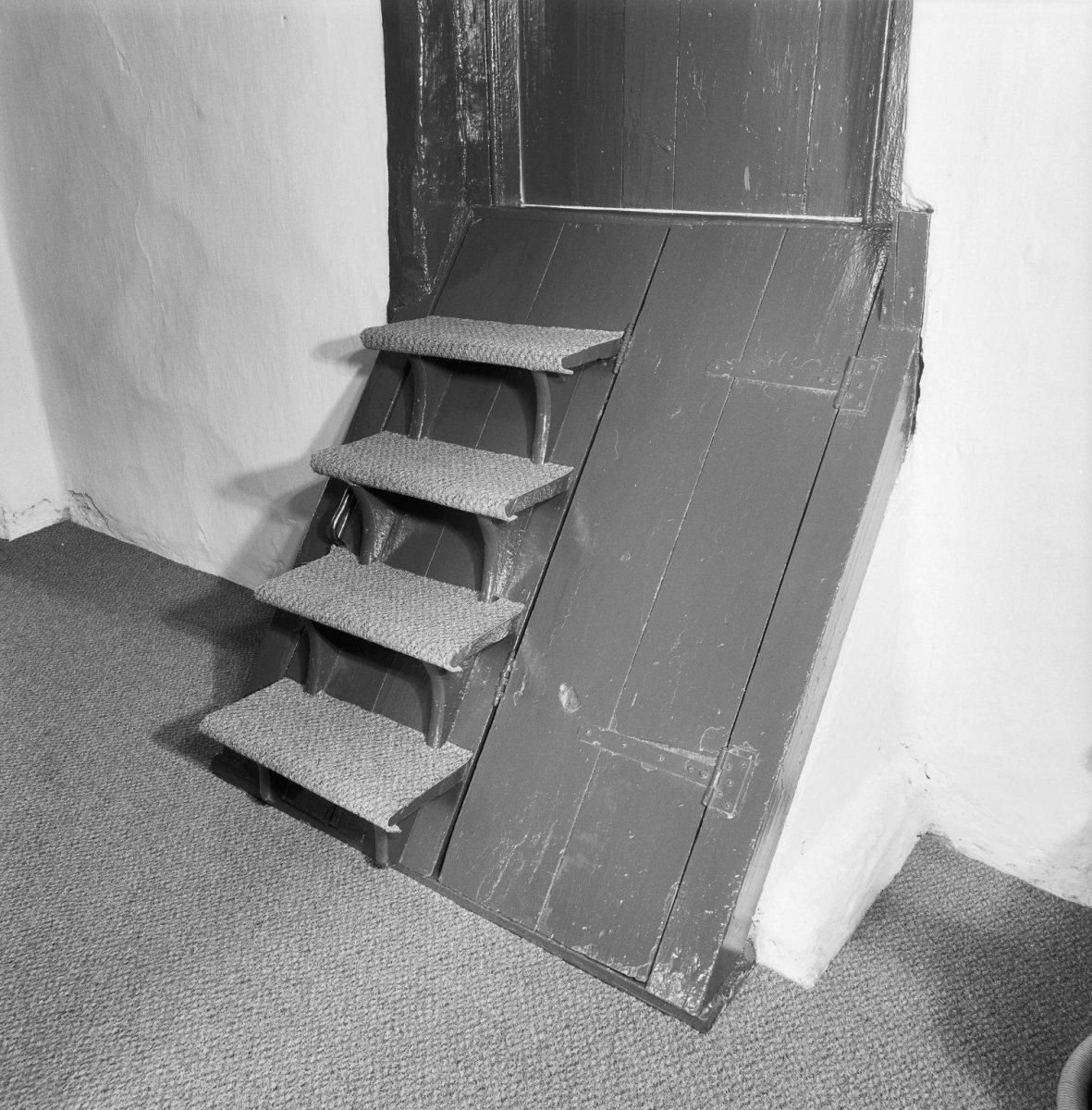 File interieur ingang van kelder en trap naar opkamer for Van vlizo naar vaste trap