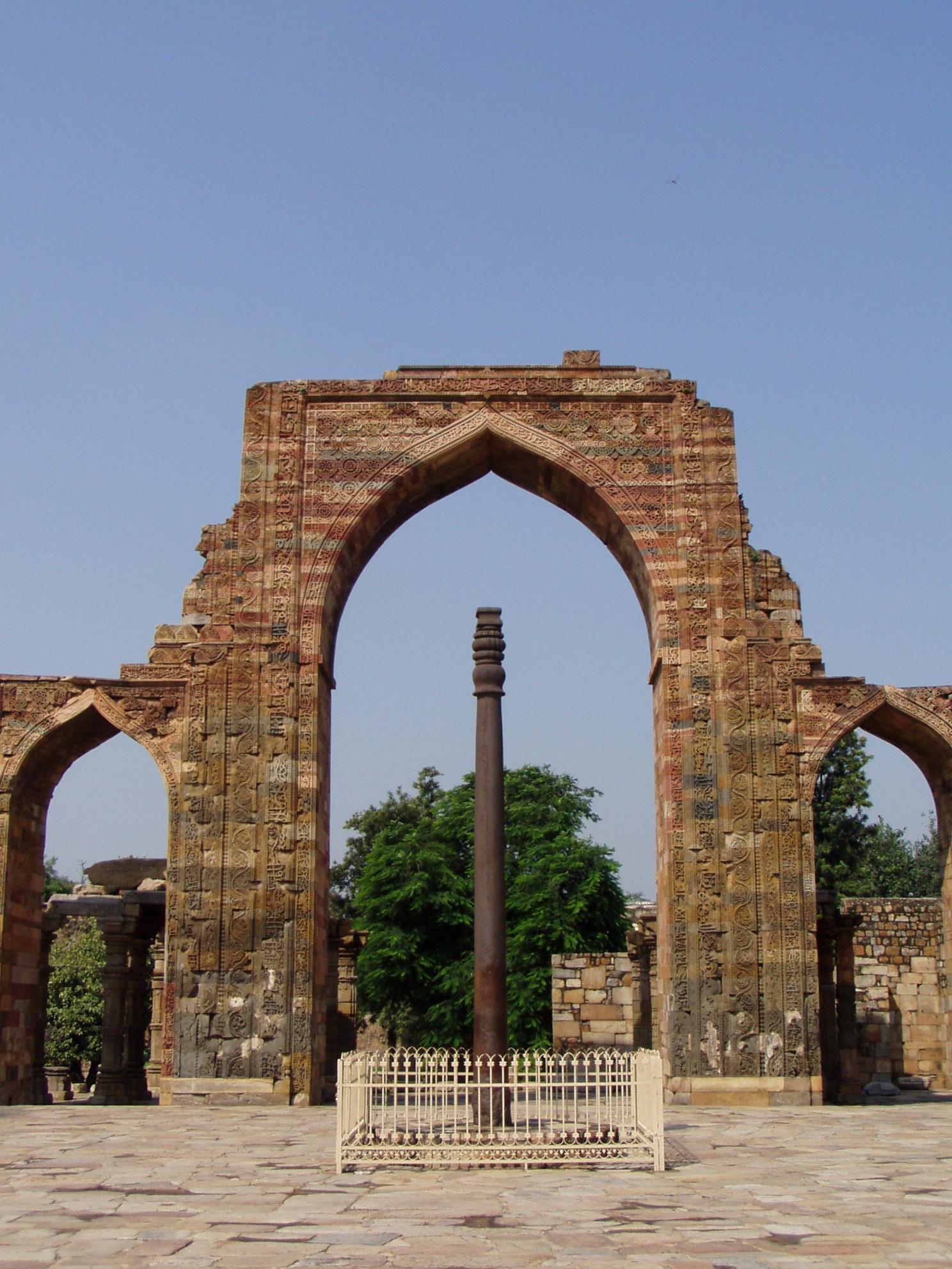 File:Iron pillar in th... Quwwat Ul Islam Mosque