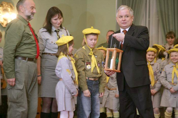 Wręczenie Lechowi Kaczyńskiemu lampionu ze Światełkiem Betlejemskim