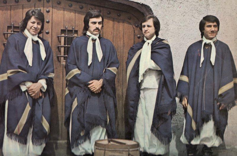 Álbum de 1973 Vamos a andar la noche con... Los Carabajal. De izquierda a derecha: Kali Carabajal, Oscar Testa, Oscar Evangelista, Cuti Carabajal.