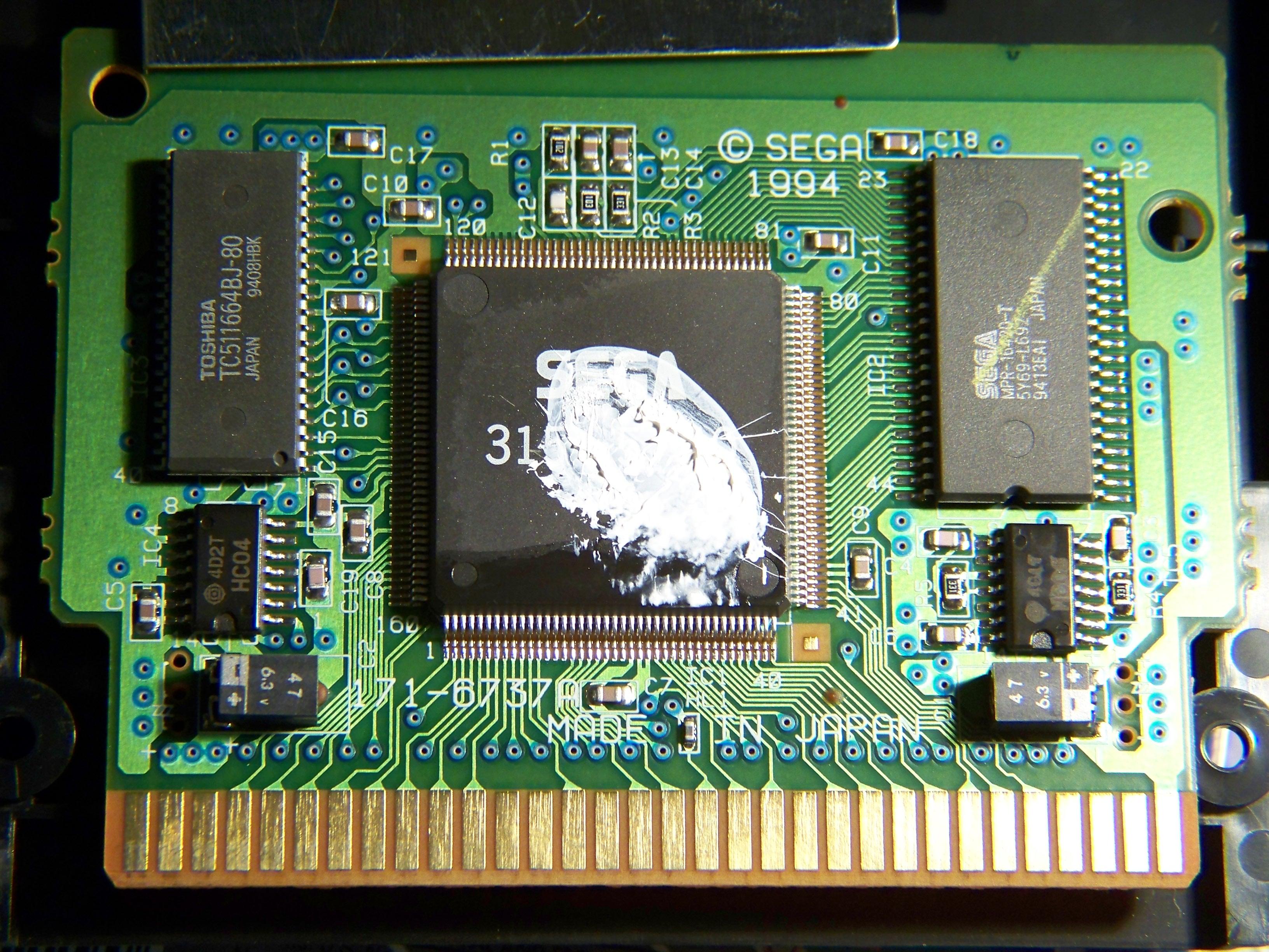 virtua racing megadrive - Page 2 Photo_inside_the_Sega_MegaDrive_Virtua_Racing%2C_showing_the_SVP_%28Sega_Virtua_Processor%29_chip