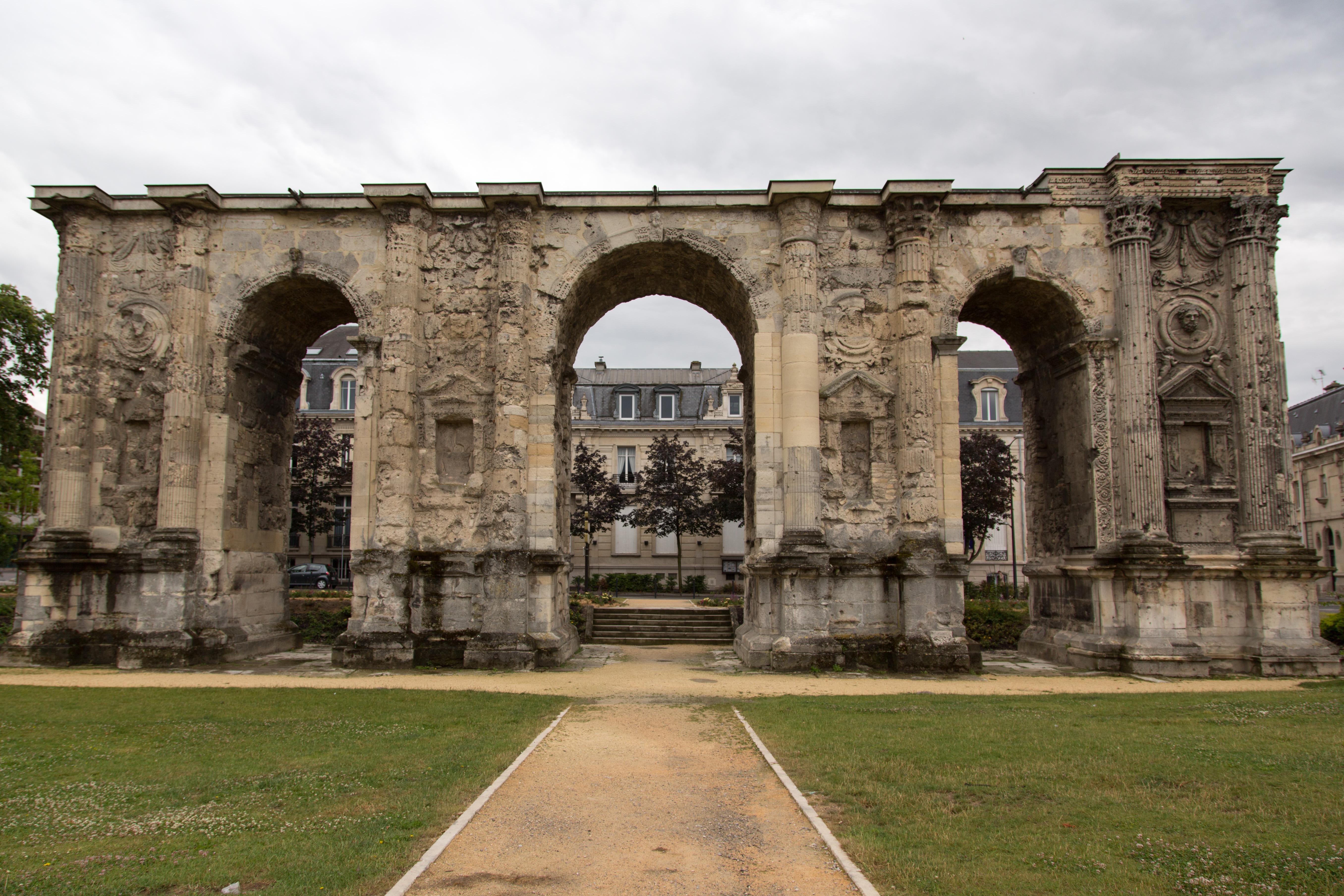 La porte de Mars Porte_Mars_Arch%2C_Reims%2C_France_01