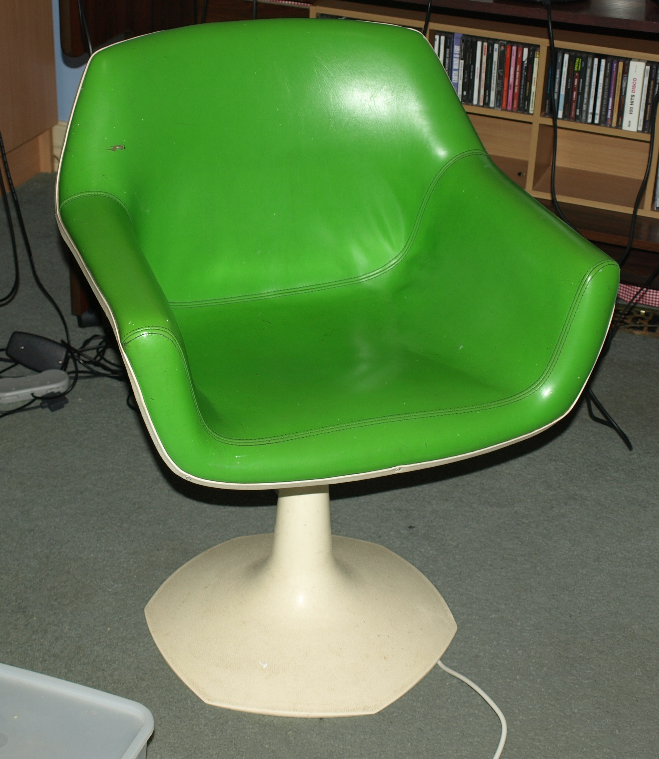 File Retro Green Chair Cropped Wikimedia mons