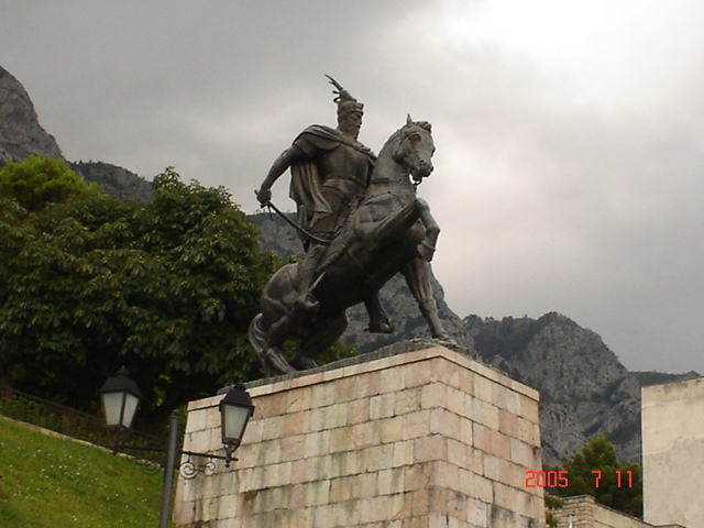 File:Skenderbeu (Krujë).jpg - Wikimedia Commons: commons.wikimedia.org/wiki/File:Skenderbeu_(Krujë).jpg