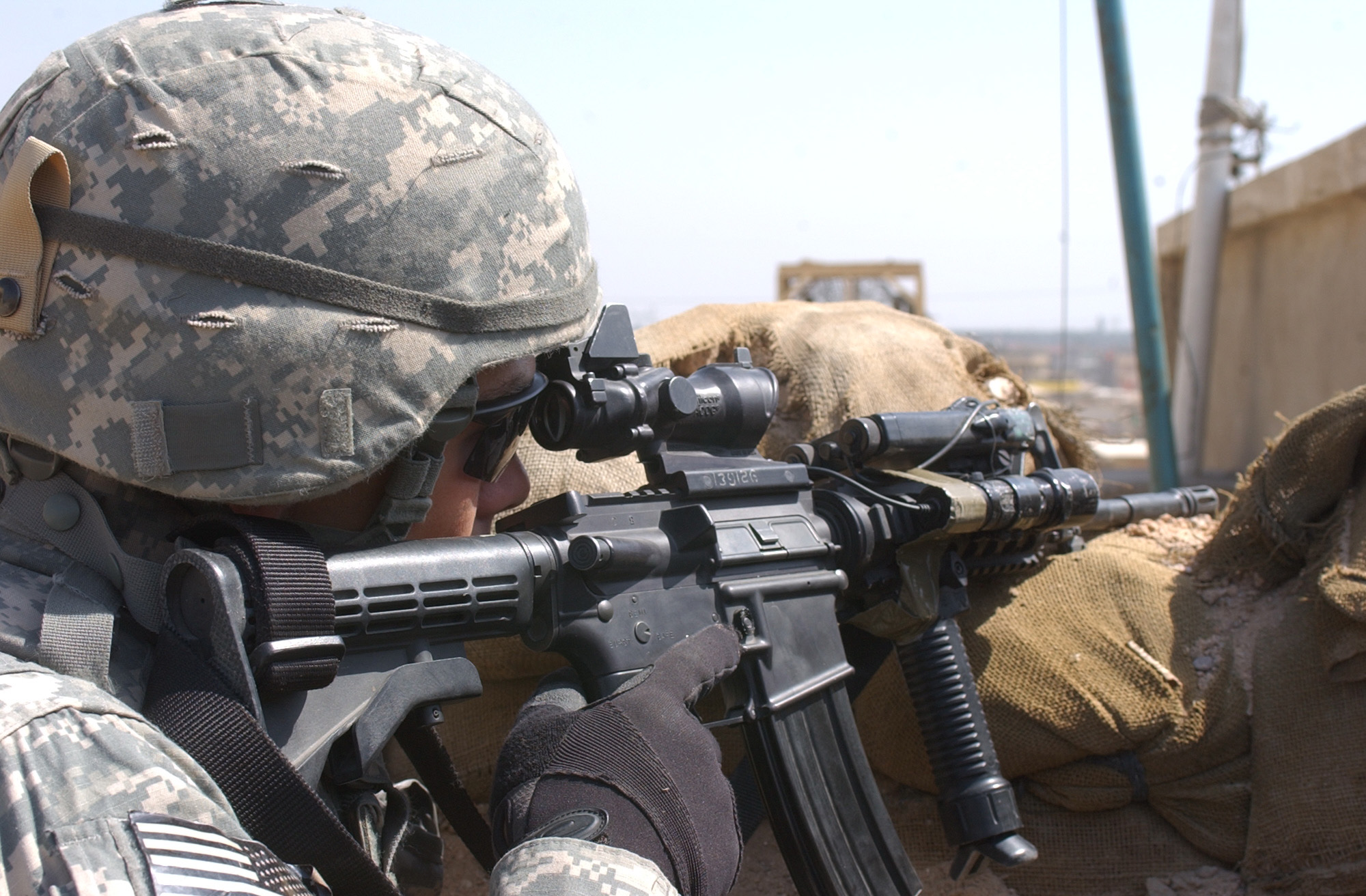 A U.S. Army soldier in March 2007, wears a helmet with a UCP camouflage cover during the Iraq War.