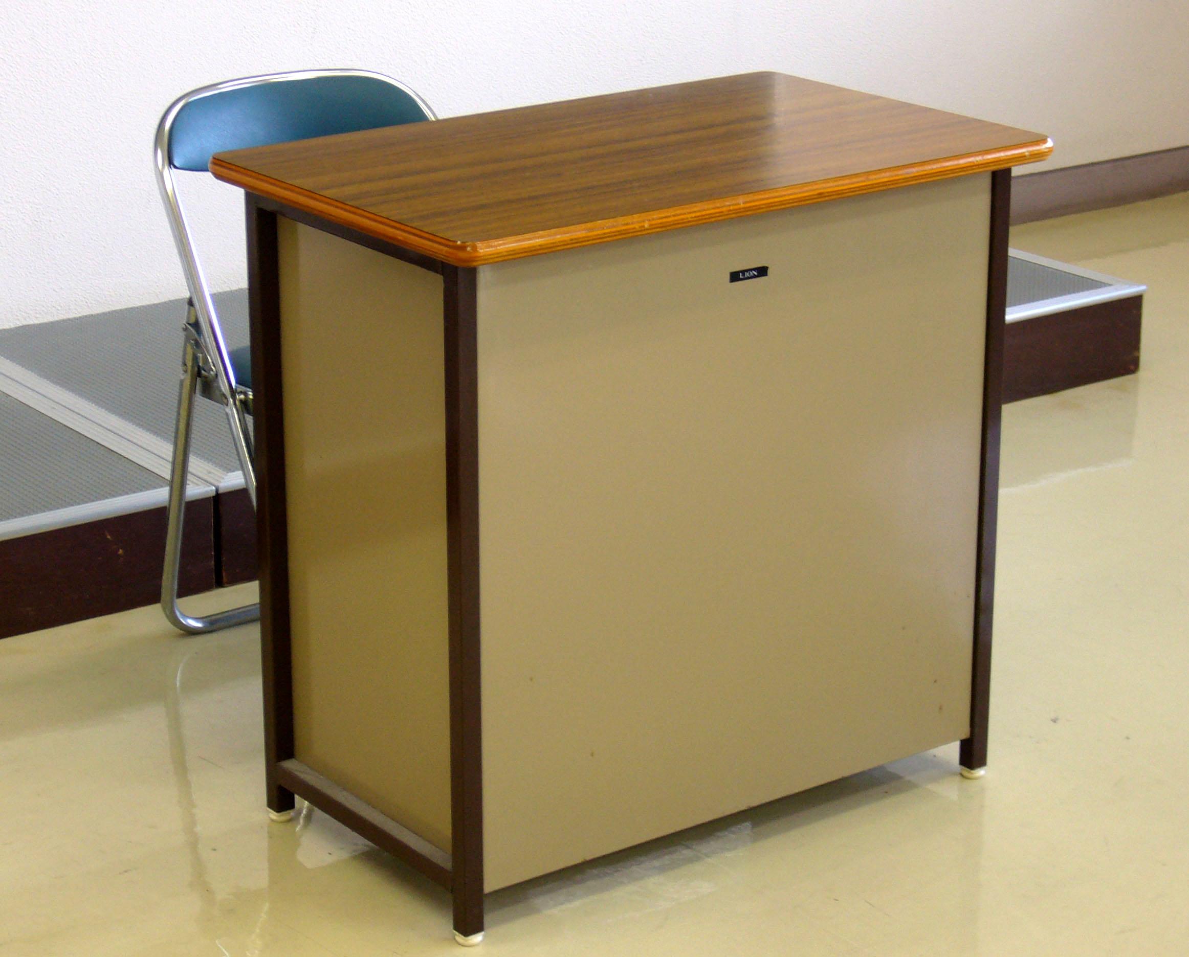 File Teacher s desk made of steel 2012 01 29 JPG