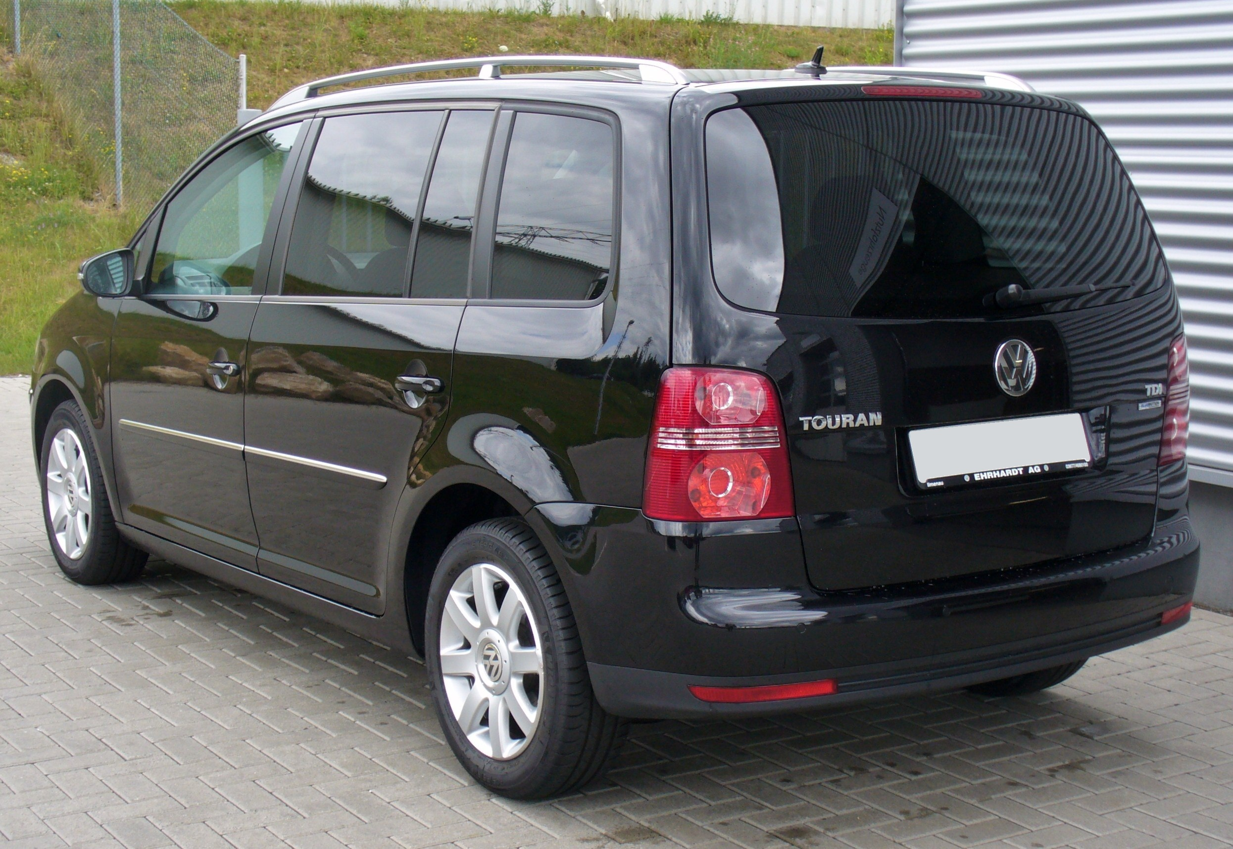 file vw touran 1 9 tdi bluemotion technology highline deep black heck jpg wikimedia commons. Black Bedroom Furniture Sets. Home Design Ideas
