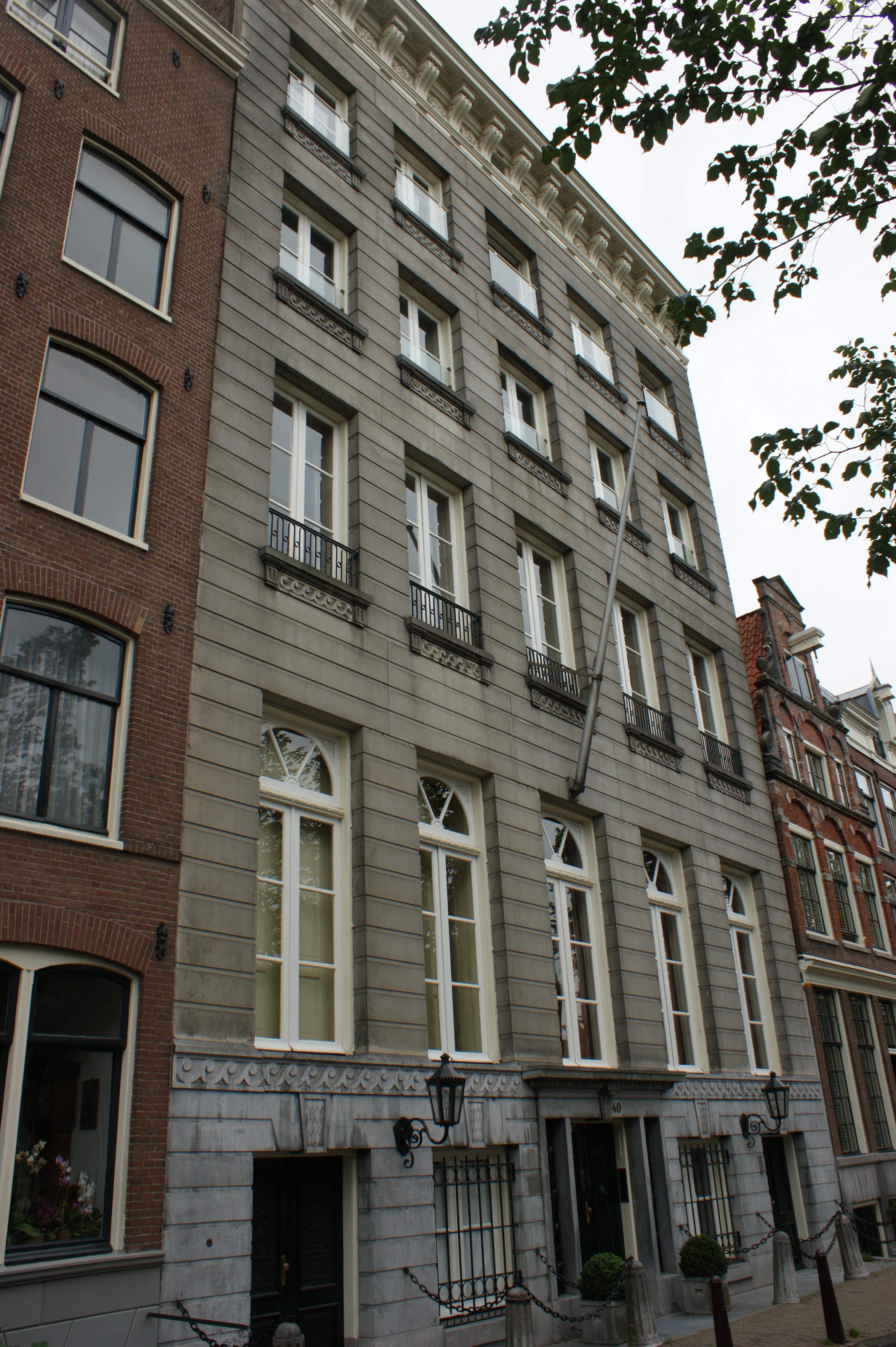 Dubbel huis met hoge zandstenen gevel onder rechte lijst for Lijst inrichting huis