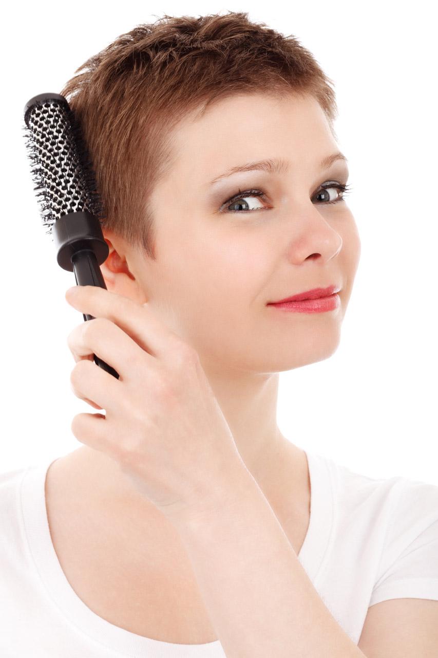 File:Woman Brushing Hair.jpg - Wikimedia Commons
