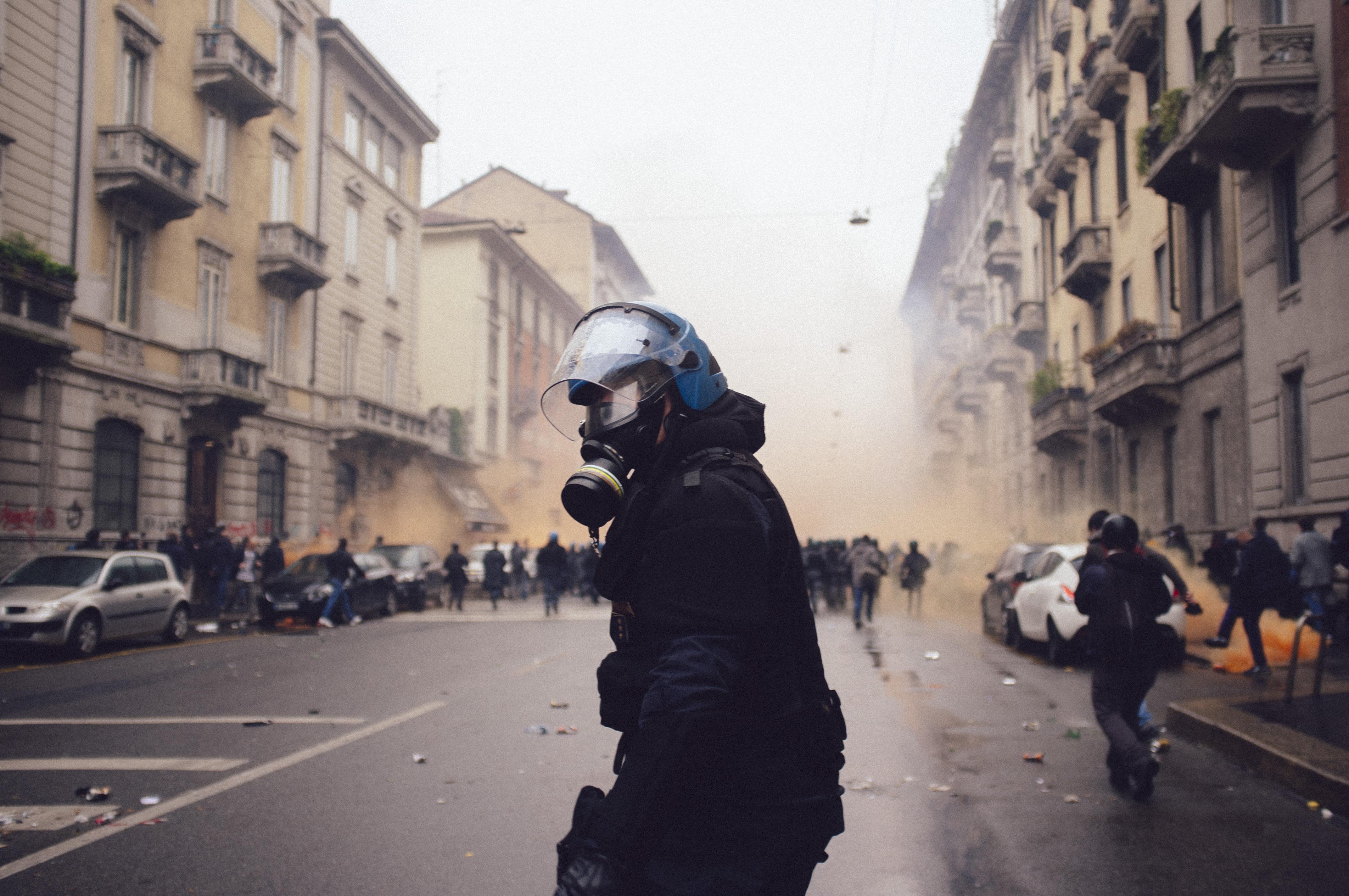 Italiano: Primo giorno di Expo 2015. Manifestazione No Expo a Milano degenerata in lotta tra black bloc e forze dell'ordine.
