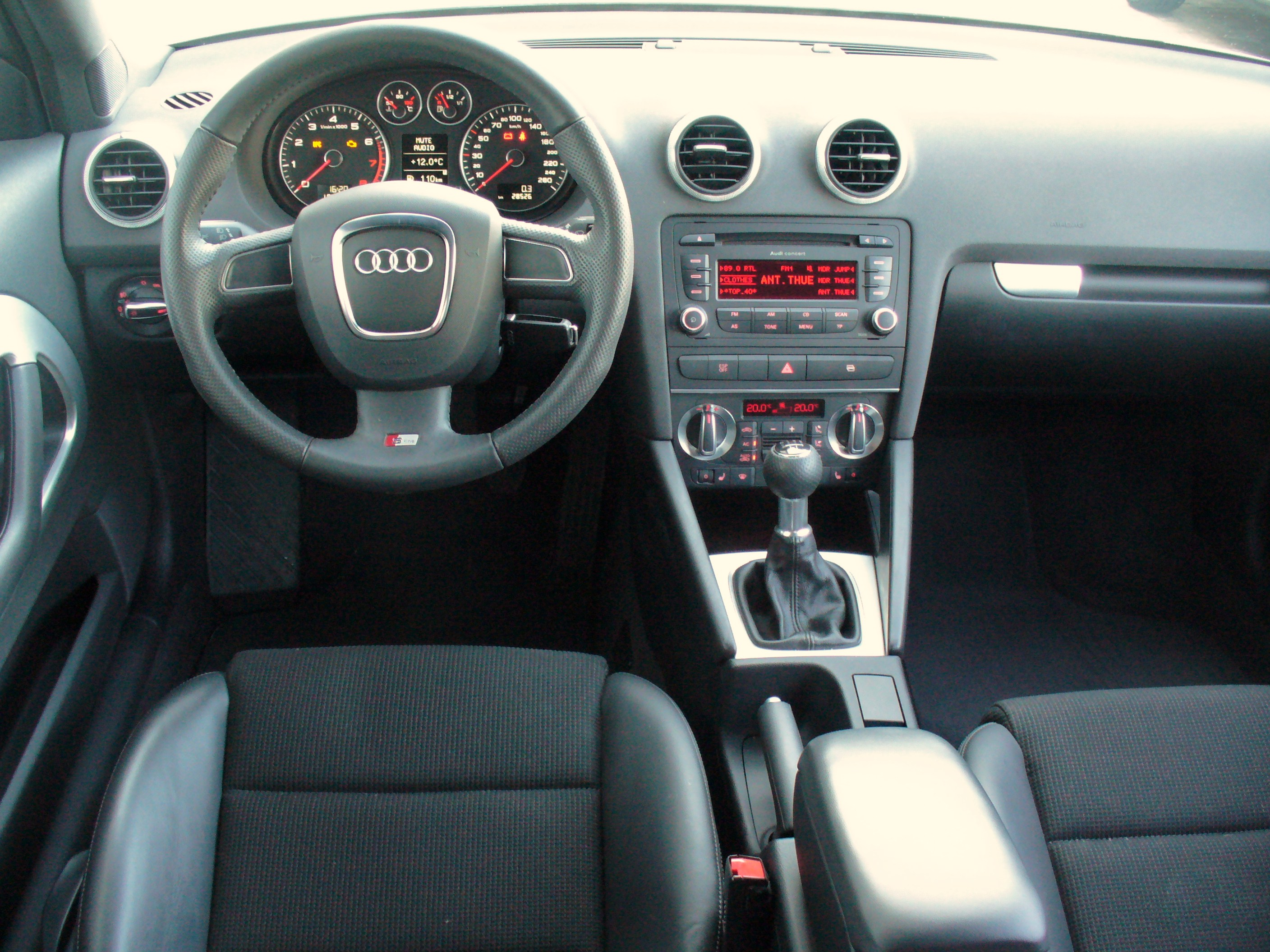 file audi a3 8p 2 facelift s line 1 2 tfsi ibiswei interieur jpg wikimedia commons. Black Bedroom Furniture Sets. Home Design Ideas