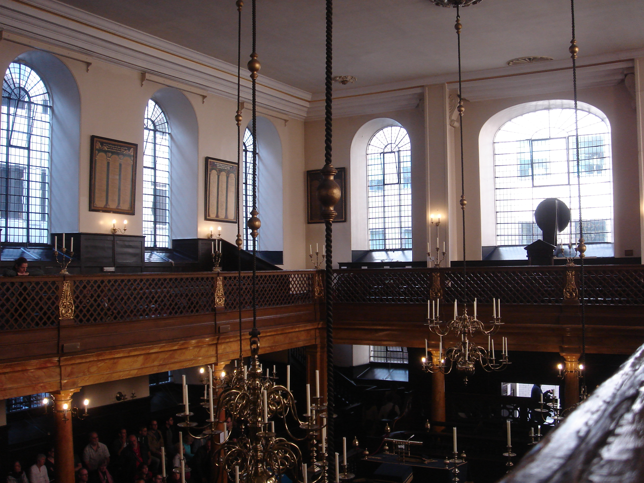 Interior, Bevis Marks synagogue. Photo: By Edwardx (Own work) [CC BY-SA 3.0, via Wikimedia Commons