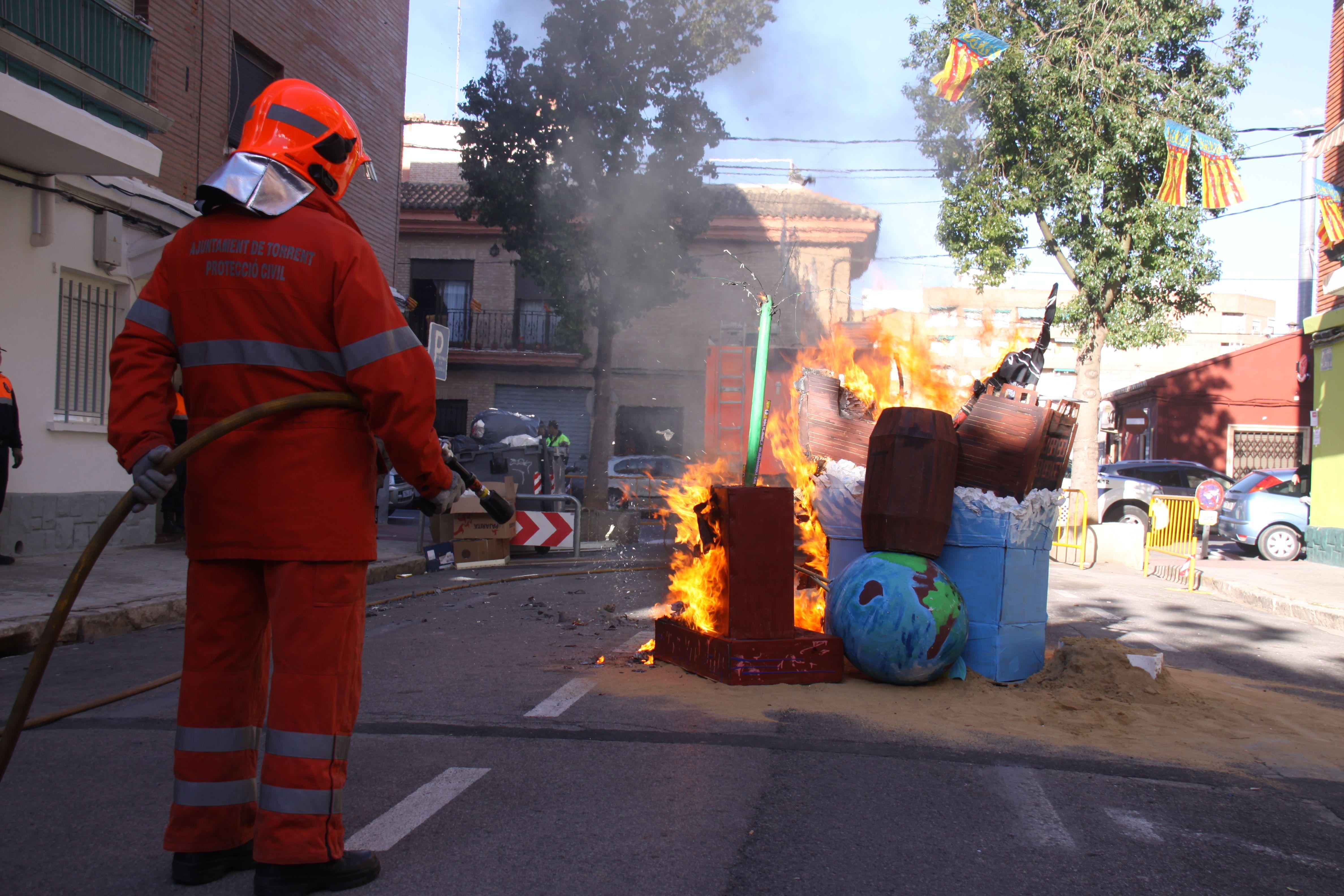 File:Bombero supervisando la quema de una falla en ...