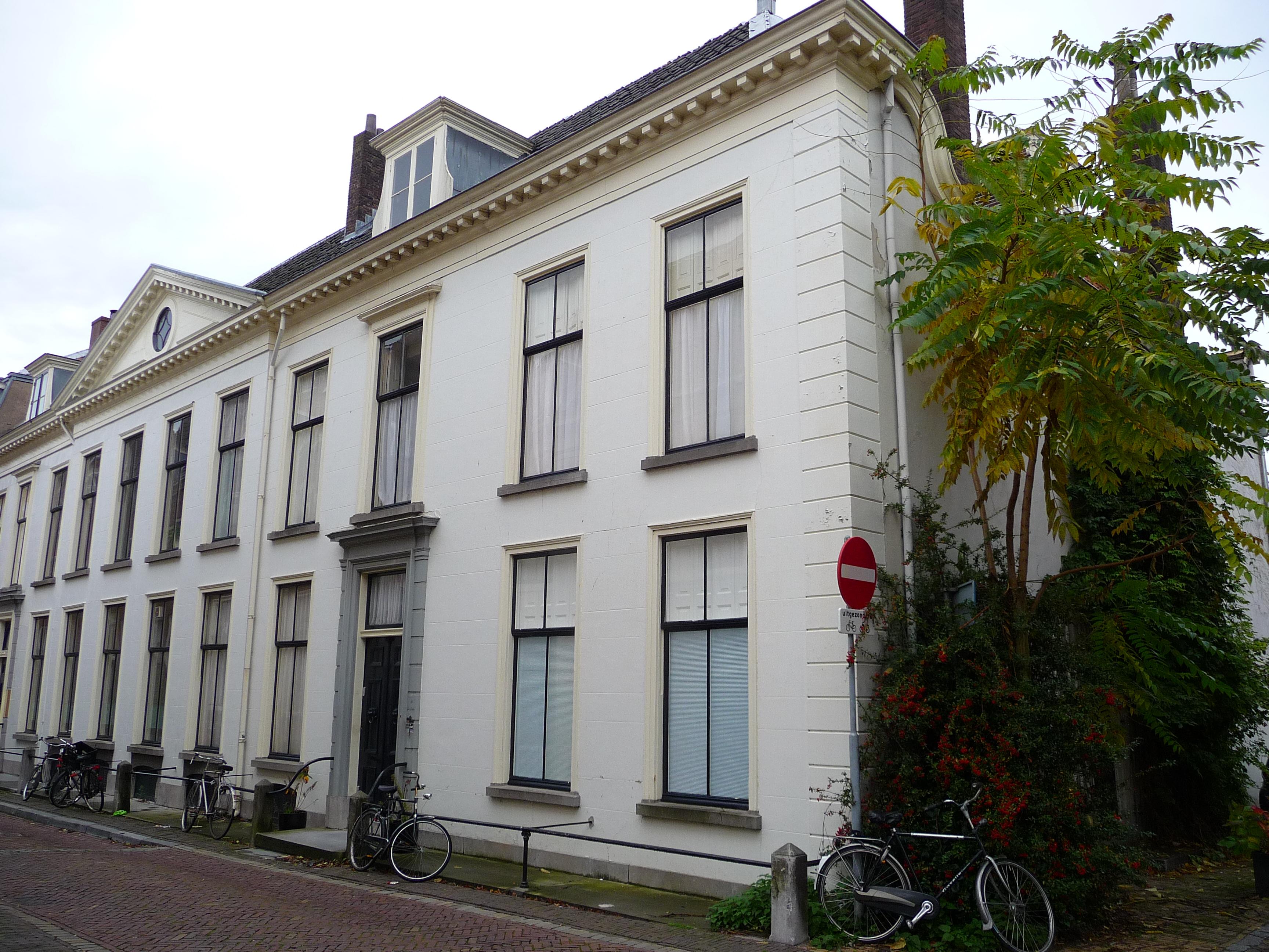 Statig huis met rechte kroonlijst en tympanon in utrecht for Huis utrecht