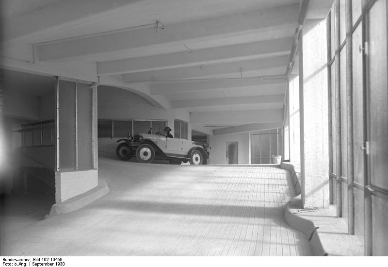 Kant-Garagenpalast Bundesarchiv, Bild 102-10459 / CC-BY-SA 3.0 [CC BY-SA 3.0 de (https://creativecommons.org/licenses/by-sa/3.0/de/deed.en)], via Wikimedia Commons