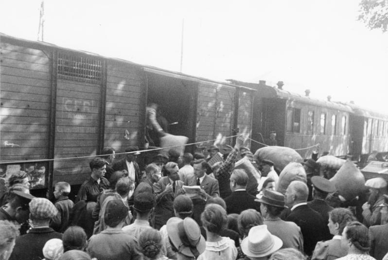 Bundesarchiv Bild 137-065360, Bessarabien, Abtransport von Umsiedlern