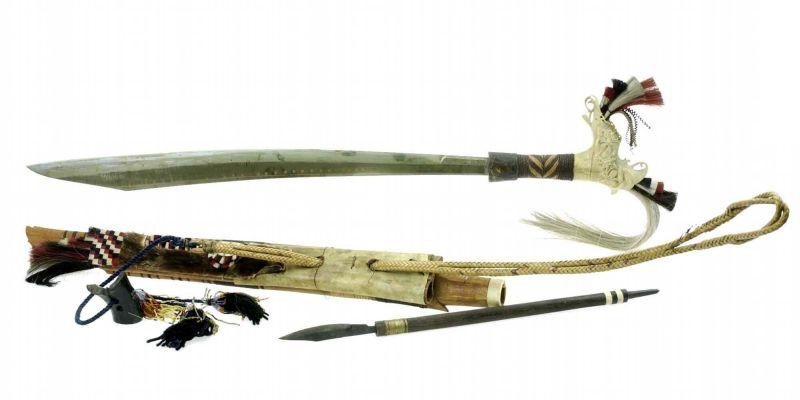 File:COLLECTIE TROPENMUSEUM Zwaard met gevest van ivoor schede en mesje TMnr 518-32.jpg